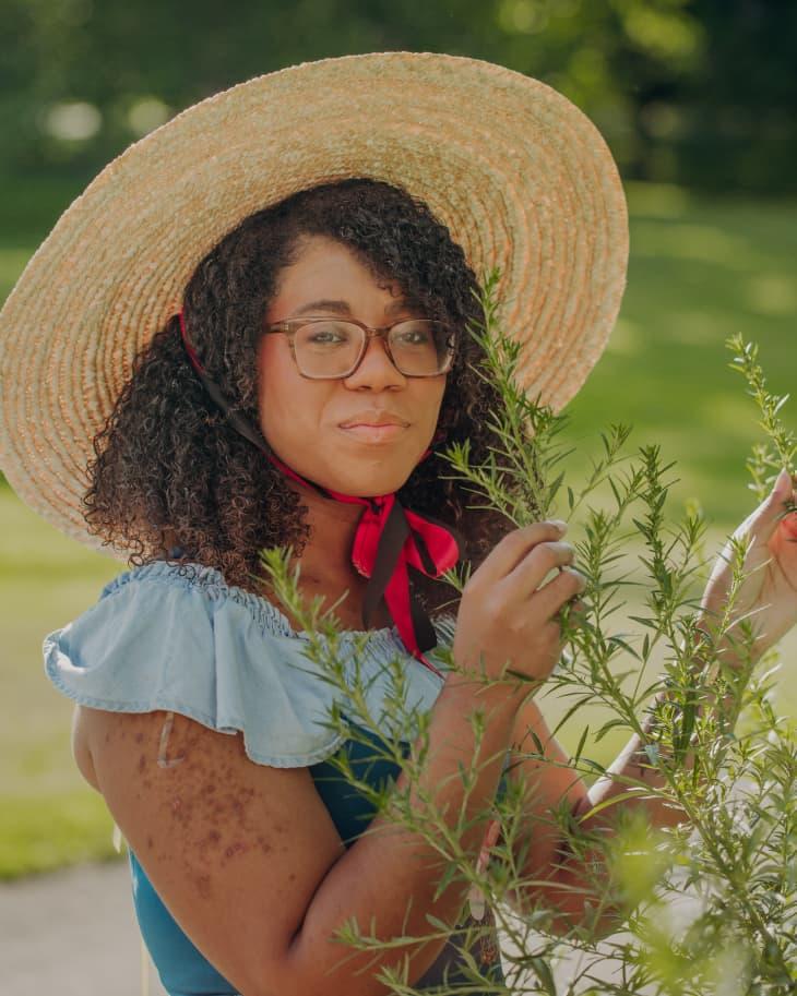 Alexis Nikole identifying a mugwort plant