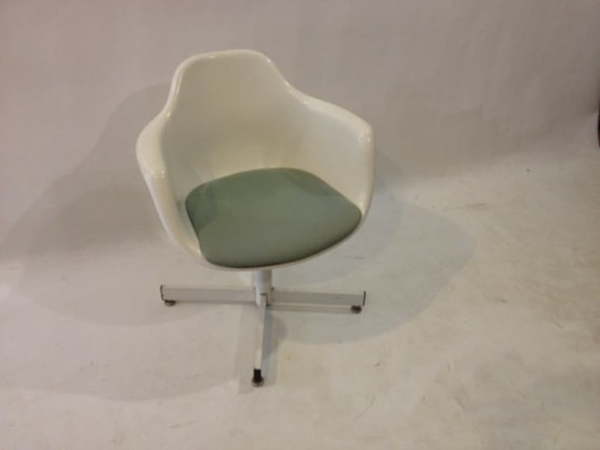 Charmant Krueger Bucket Swivel Fiberglass Chair Eames Style