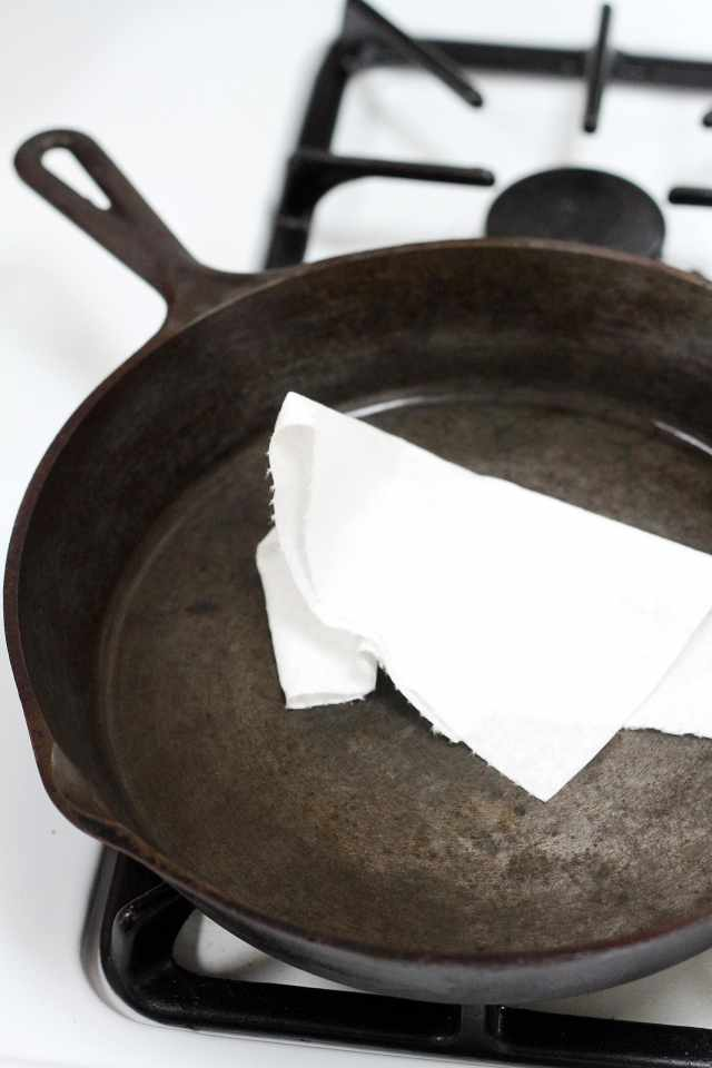 how to clean a rusty cast iron pan