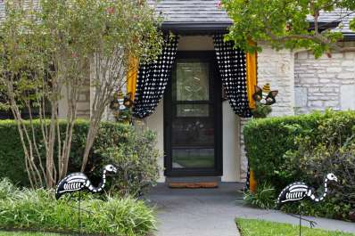 10 totally unique stylish steal worthy halloween decorating ideas apartment therapy