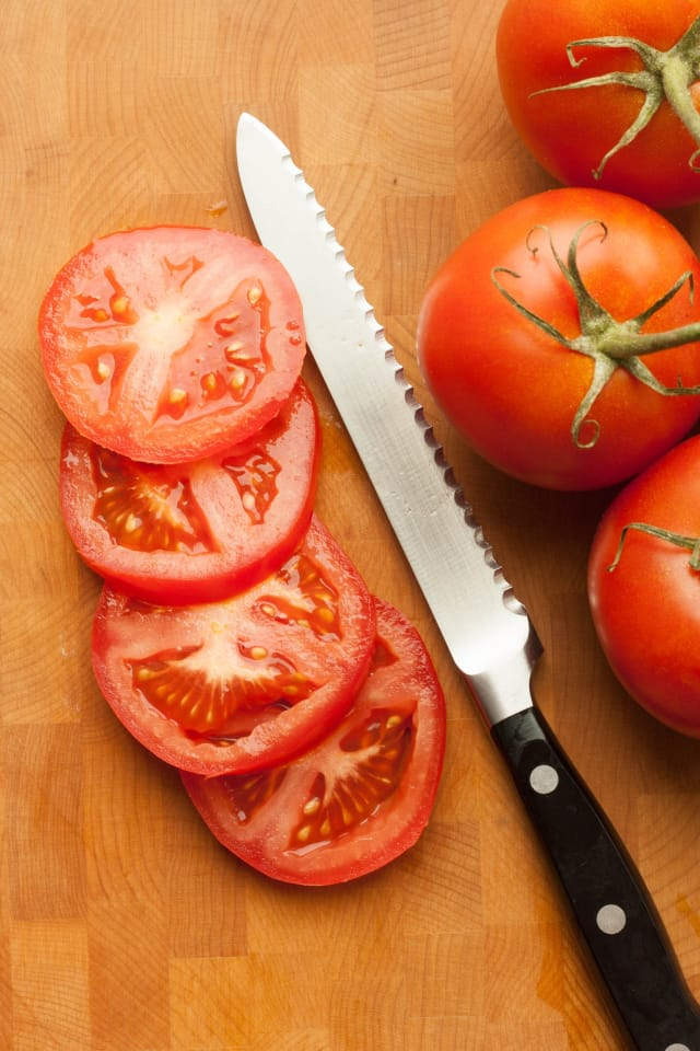 Why A Serrated Knife Is The Best Tool To Slice Tomatoes