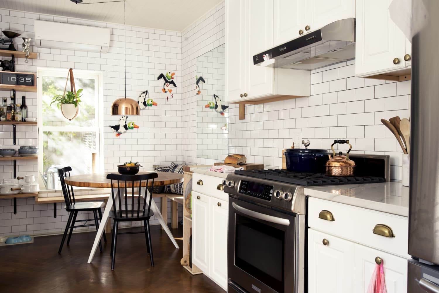 25 Beautiful White Kitchen Ideas Design Decorating Tips For Kitchens Apartment Therapy