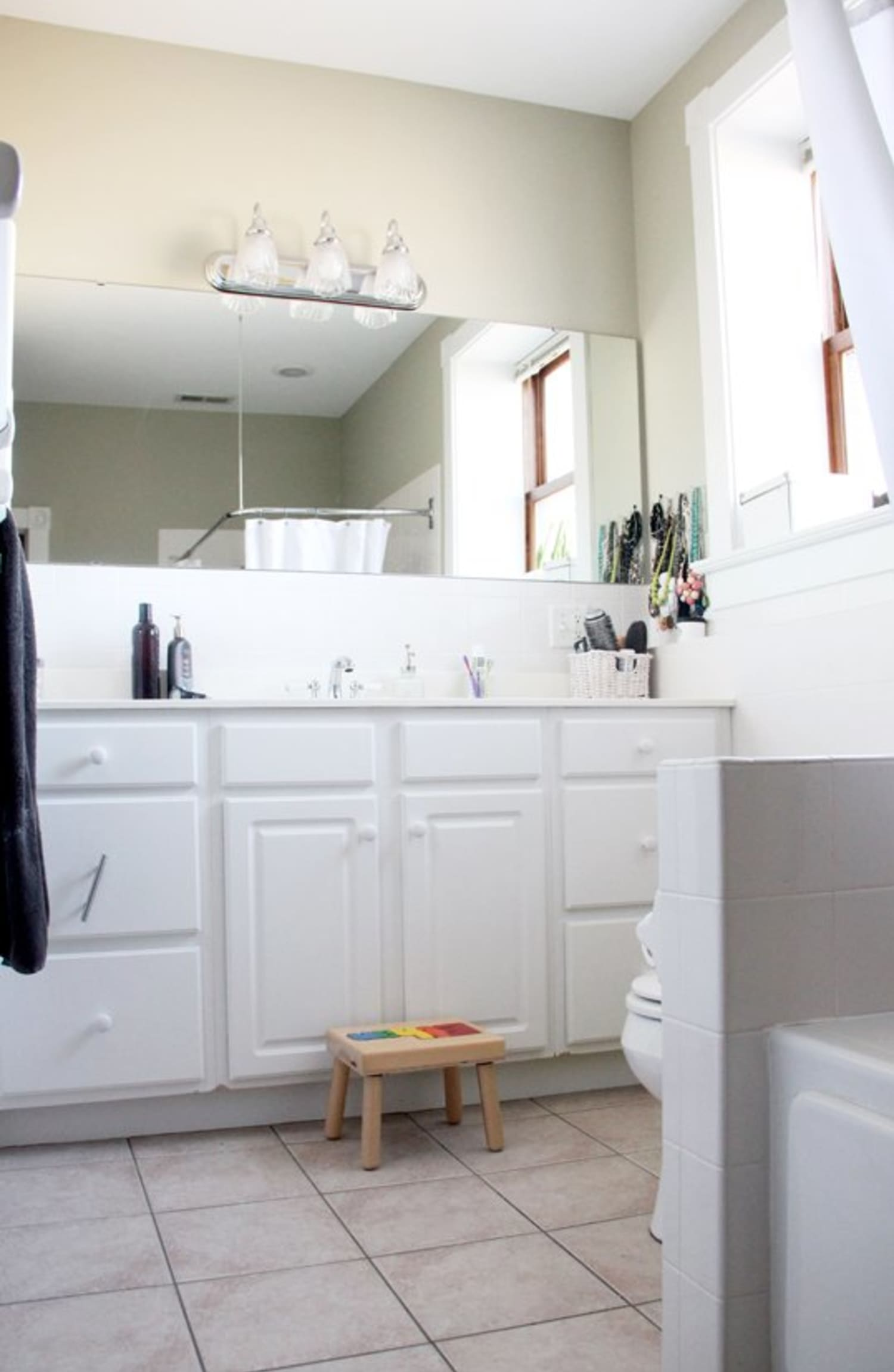 5 Fresh Clean And Spring Worthy Bathroom Colors: Before & After: Becky's BOOOR-ING Bath Gets Some Oomph