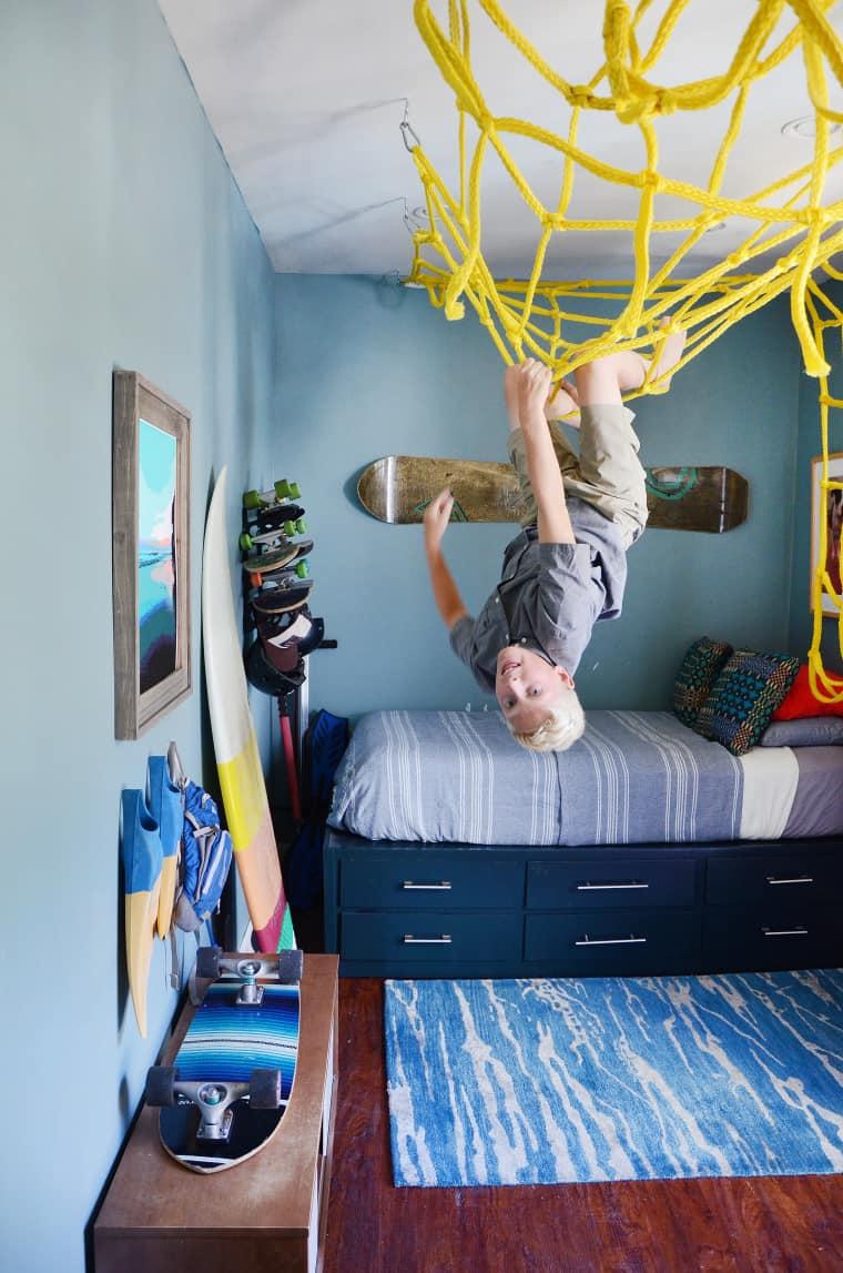 Een klimnet aan het plafond in de kinderkamer