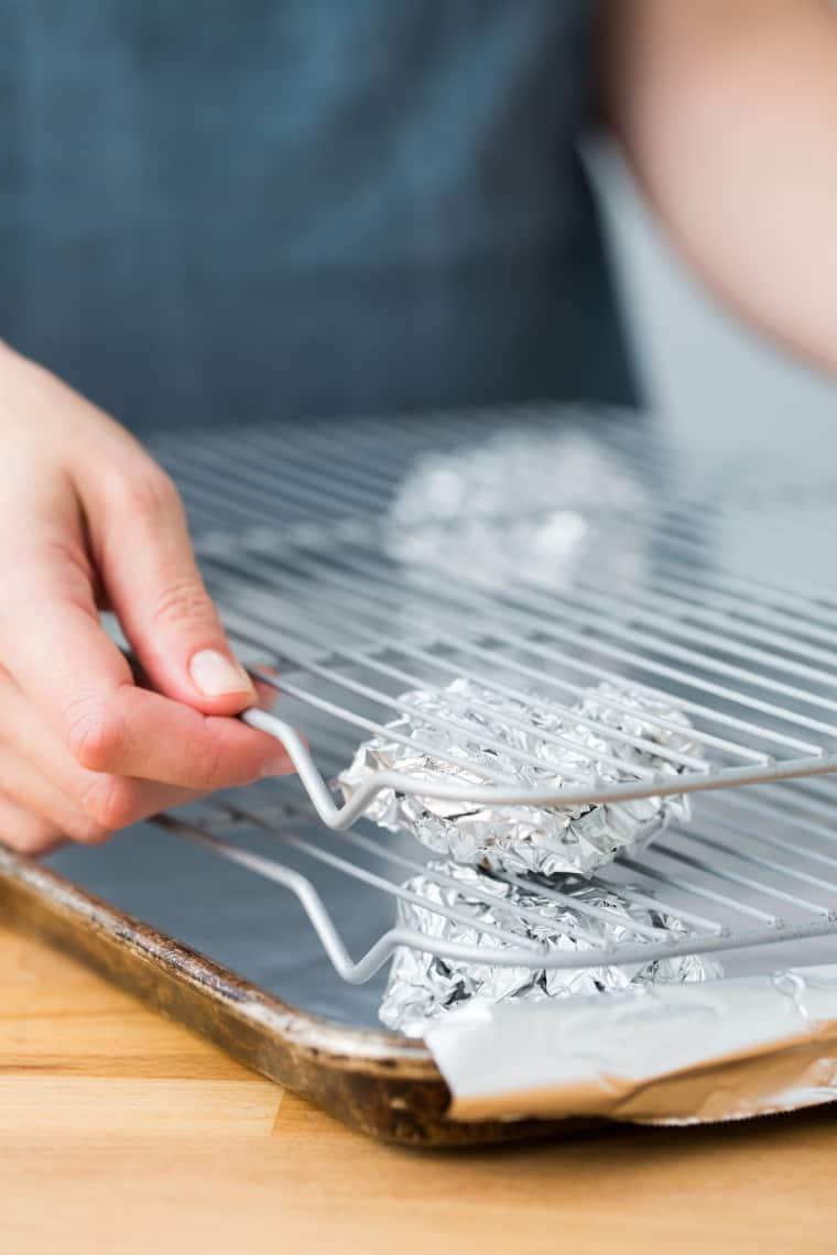 Umieść duży kawałek folii aluminiowej na desce. Dzięki temu prasowanie będzie szybsze