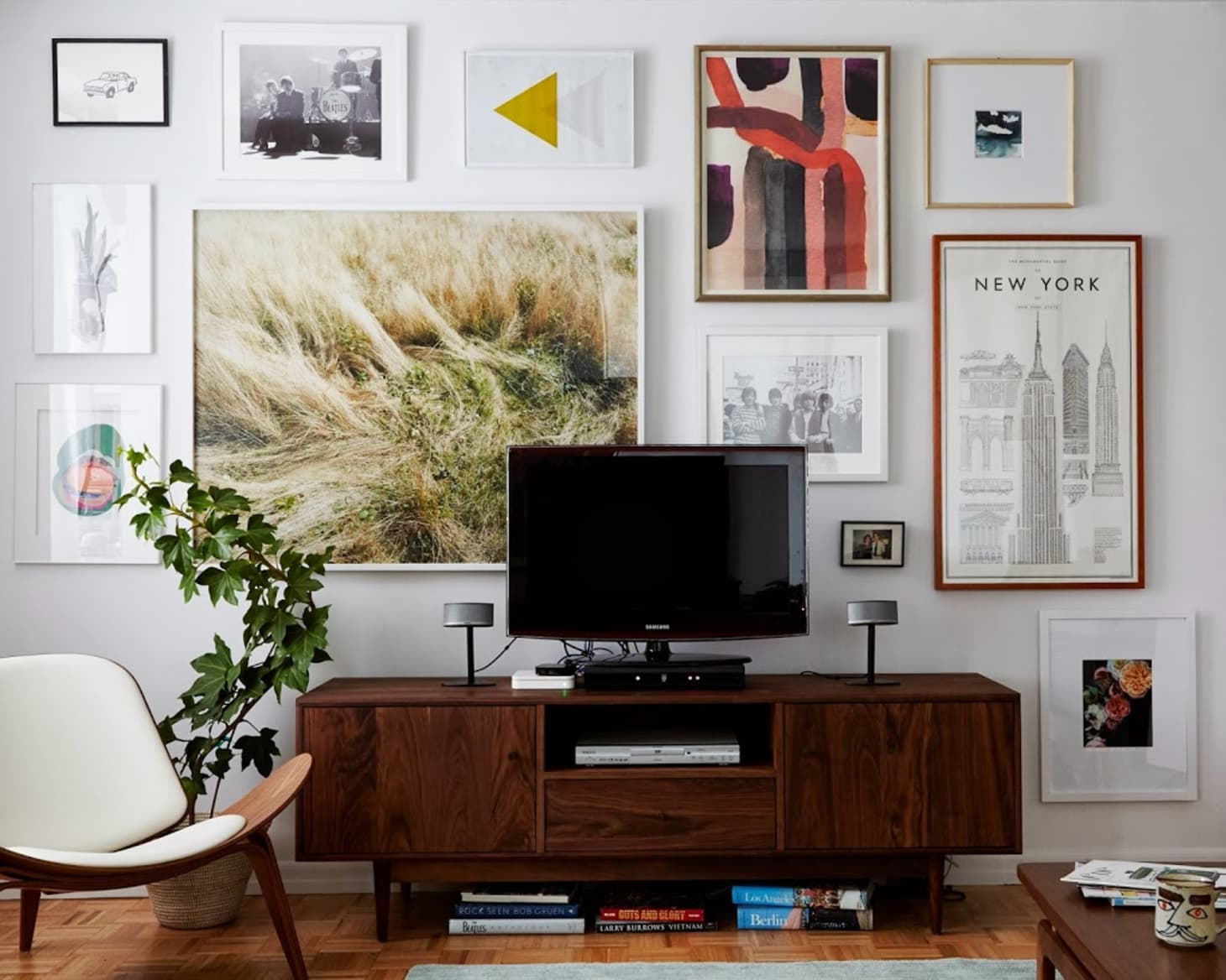 The Best Ways to Stylishly Work a TV into a Small Apartment ...