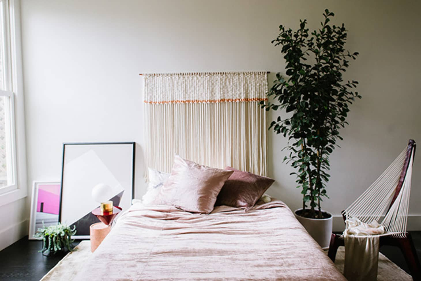 11 ideas for how to frame a bed without a headboard - Bed without headboard ideas ...
