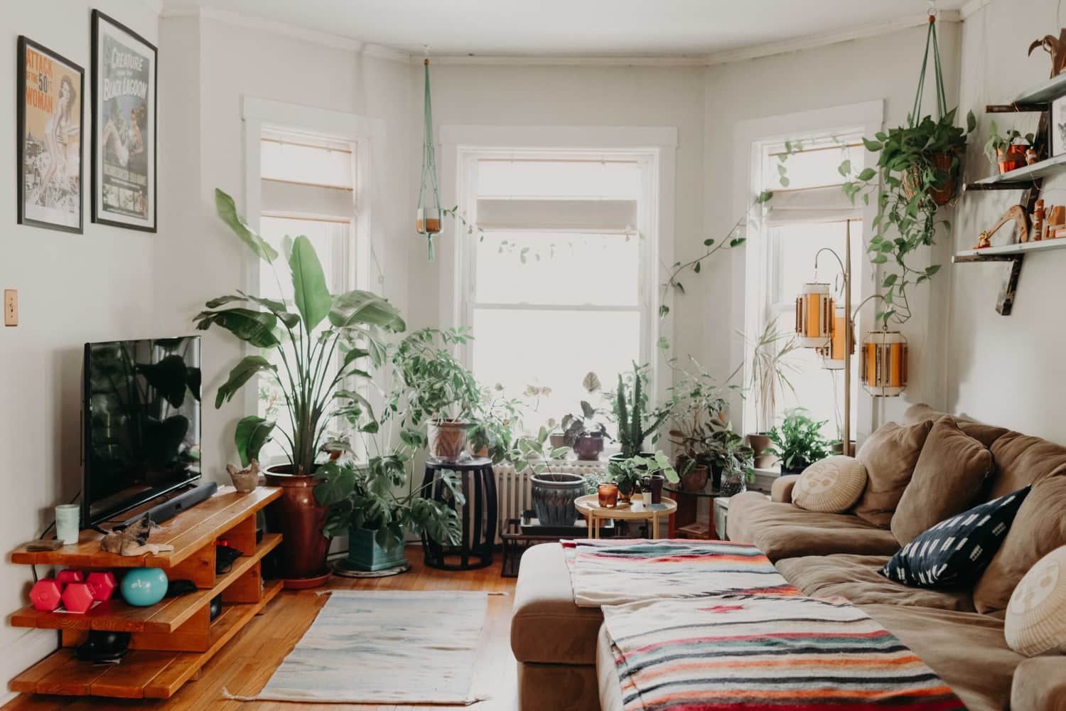 """A Shared Chicago Home Has """"Minimal Bohemian"""" Style"""