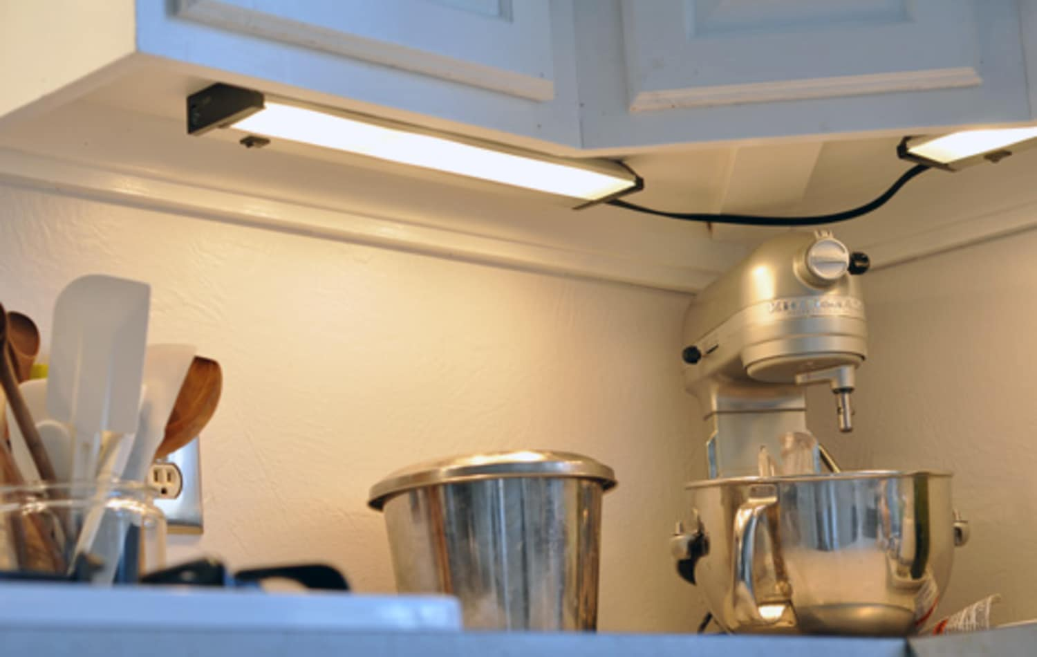 4 Types of Under-Cabinet Lighting: Pros, Cons, and Shopping Advice on home kitchen lighting, commercial kitchen lighting, slimline kitchen lighting, stainless steel kitchen lighting, undermount kitchen lighting, wall mounted kitchen lighting, portable kitchen lighting, cabinet lighting, pass through kitchen lighting, corner kitchen lighting, kitchen counter lighting, glass kitchen lighting,