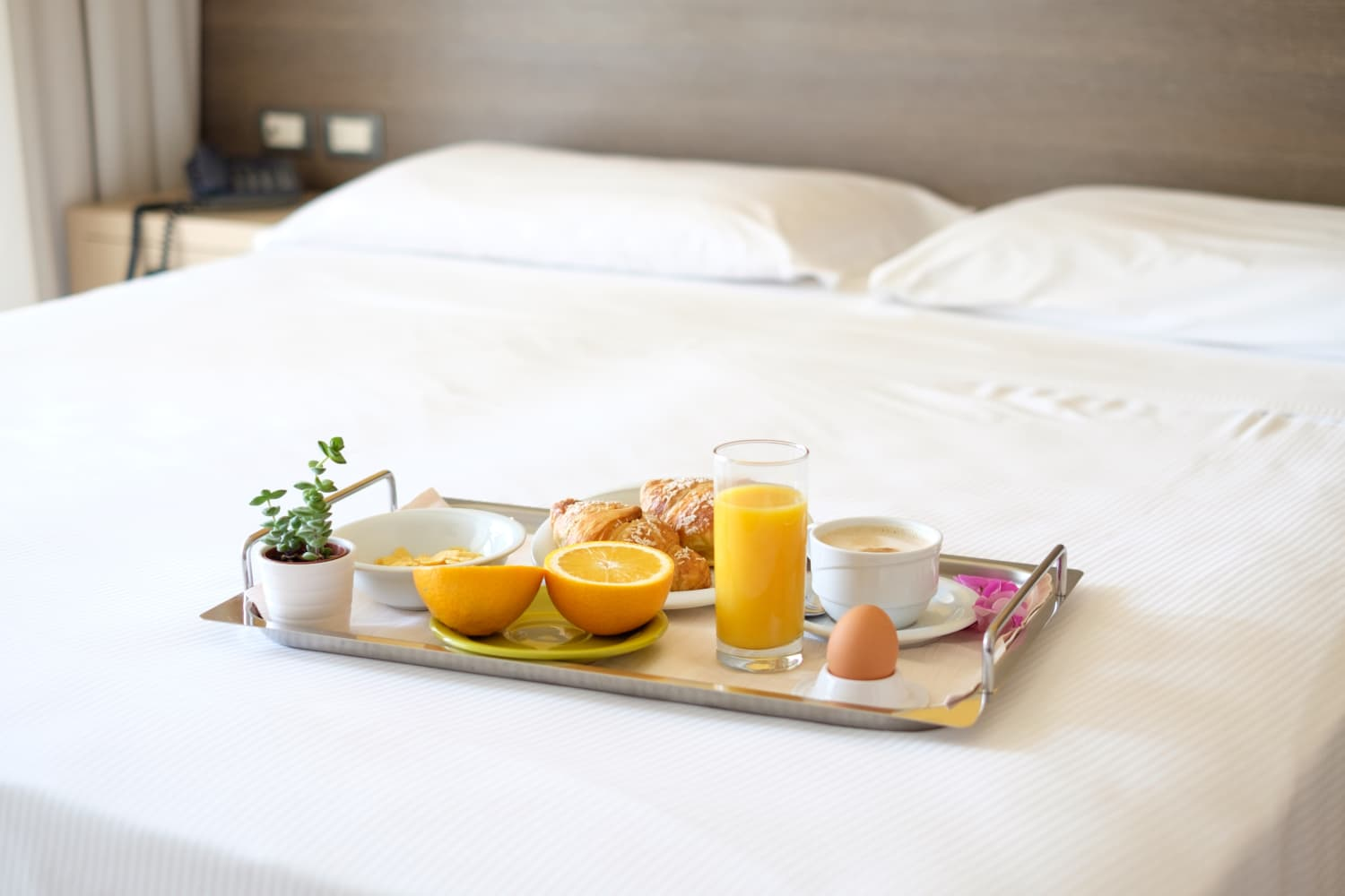 Room Service: 5 Things Food-Lovers Do When Ordering Room Service