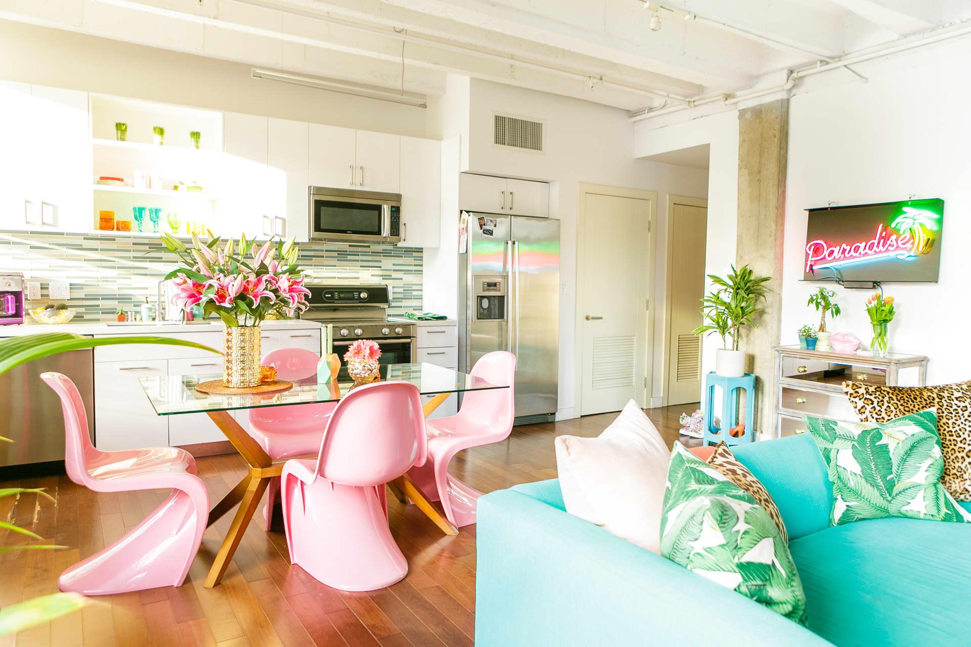 House tour a vibrant urban jungle paradise dtla loft for Arredare un bilocale