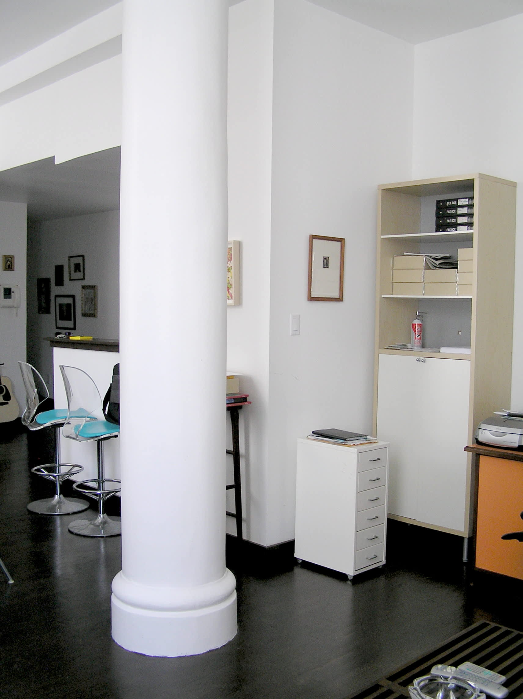 House Tour: Ofer's Clutter Free Home: gallery slide thumbnail 18