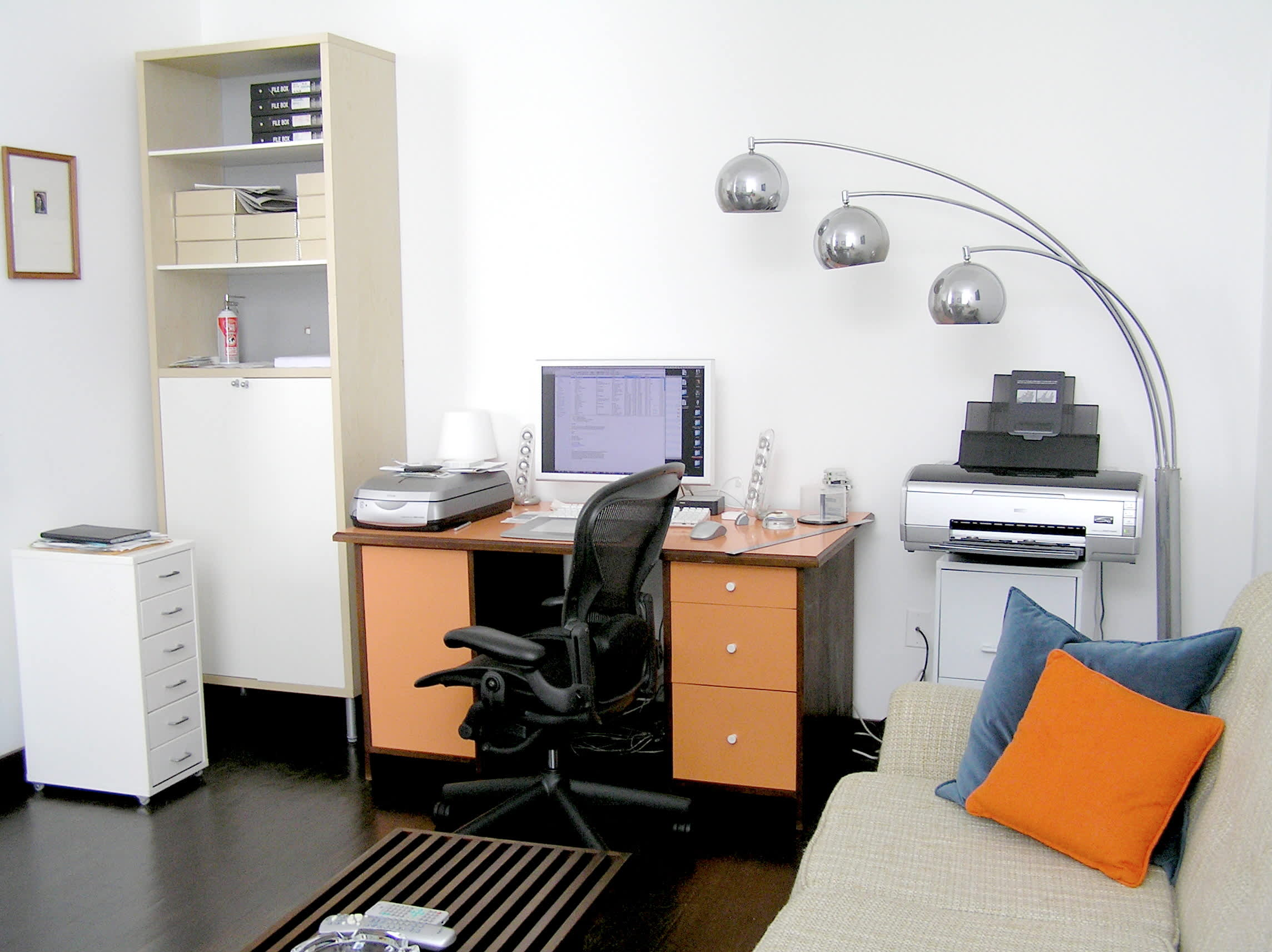 House Tour: Ofer's Clutter Free Home: gallery slide thumbnail 31