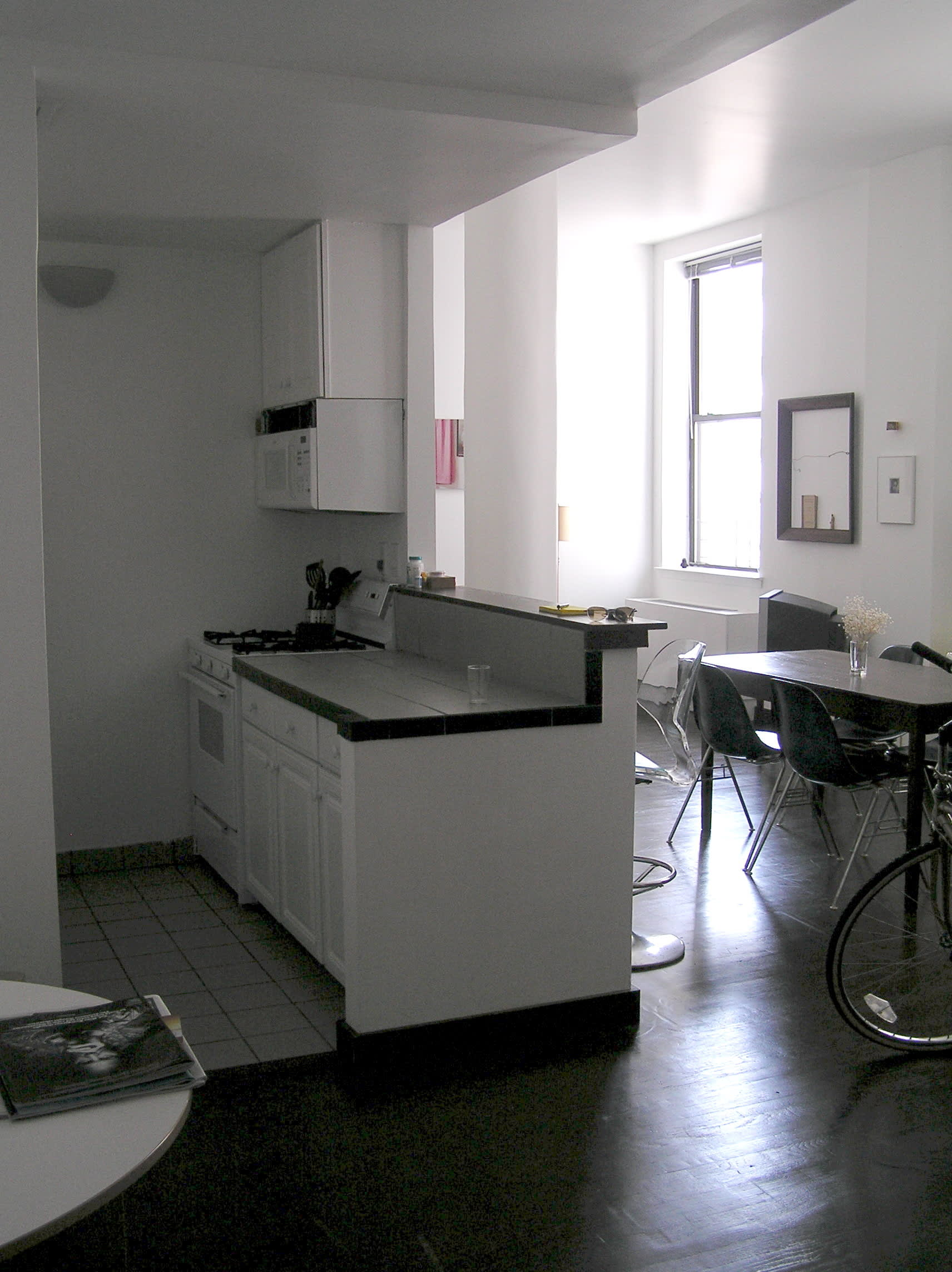 House Tour: Ofer's Clutter Free Home: gallery slide thumbnail 8