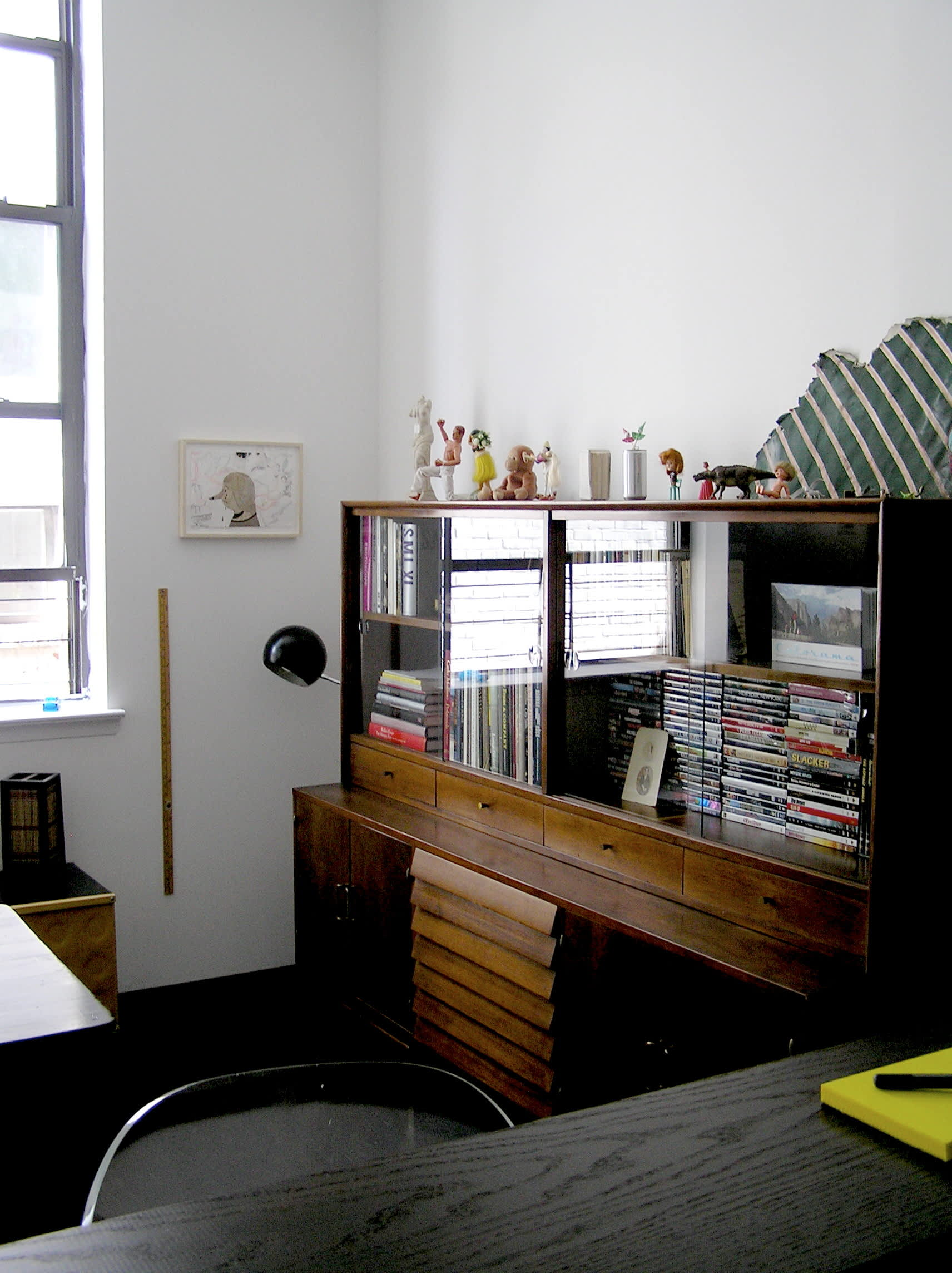 House Tour: Ofer's Clutter Free Home: gallery slide thumbnail 25