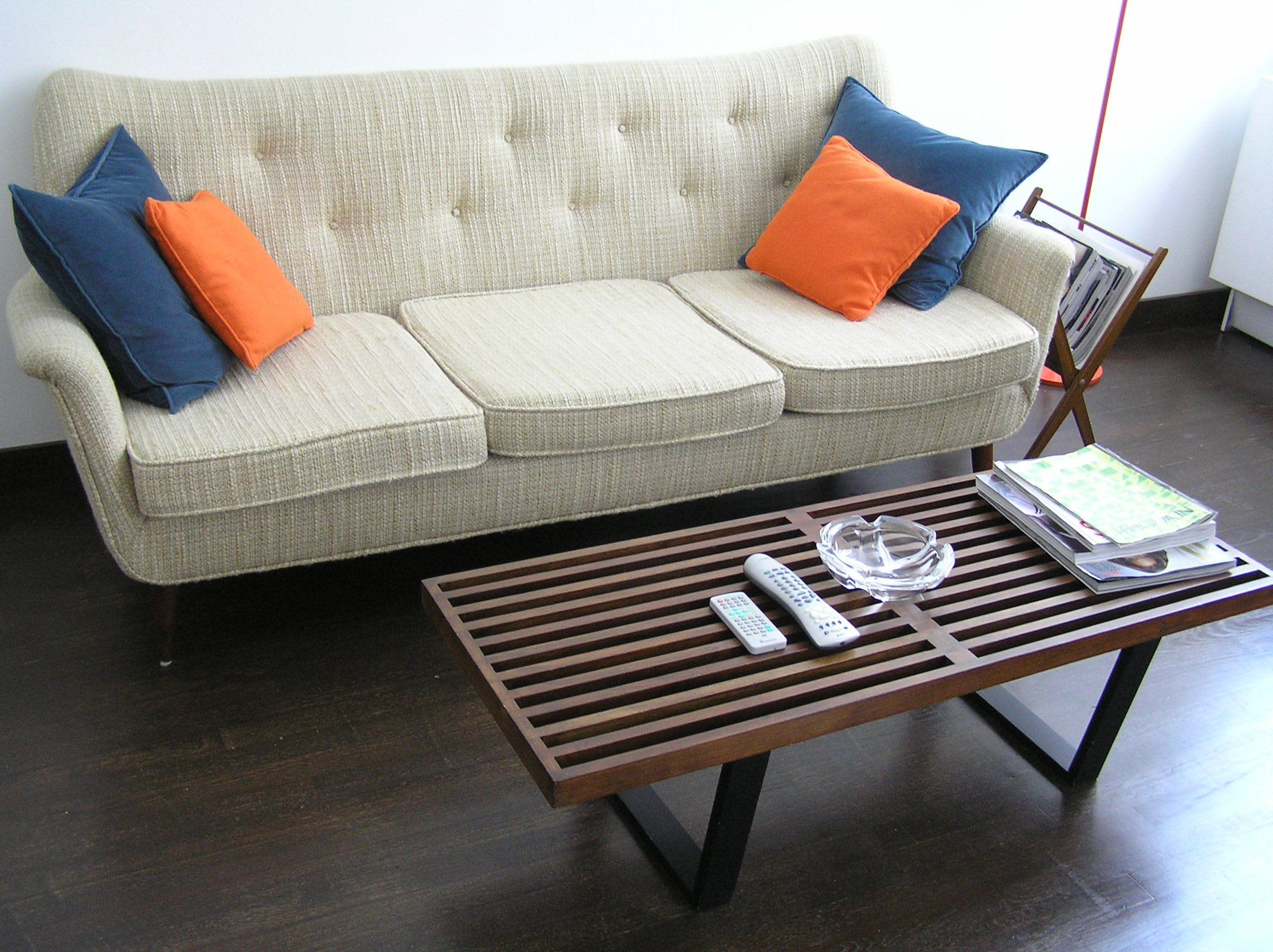 House Tour: Ofer's Clutter Free Home: gallery slide thumbnail 19