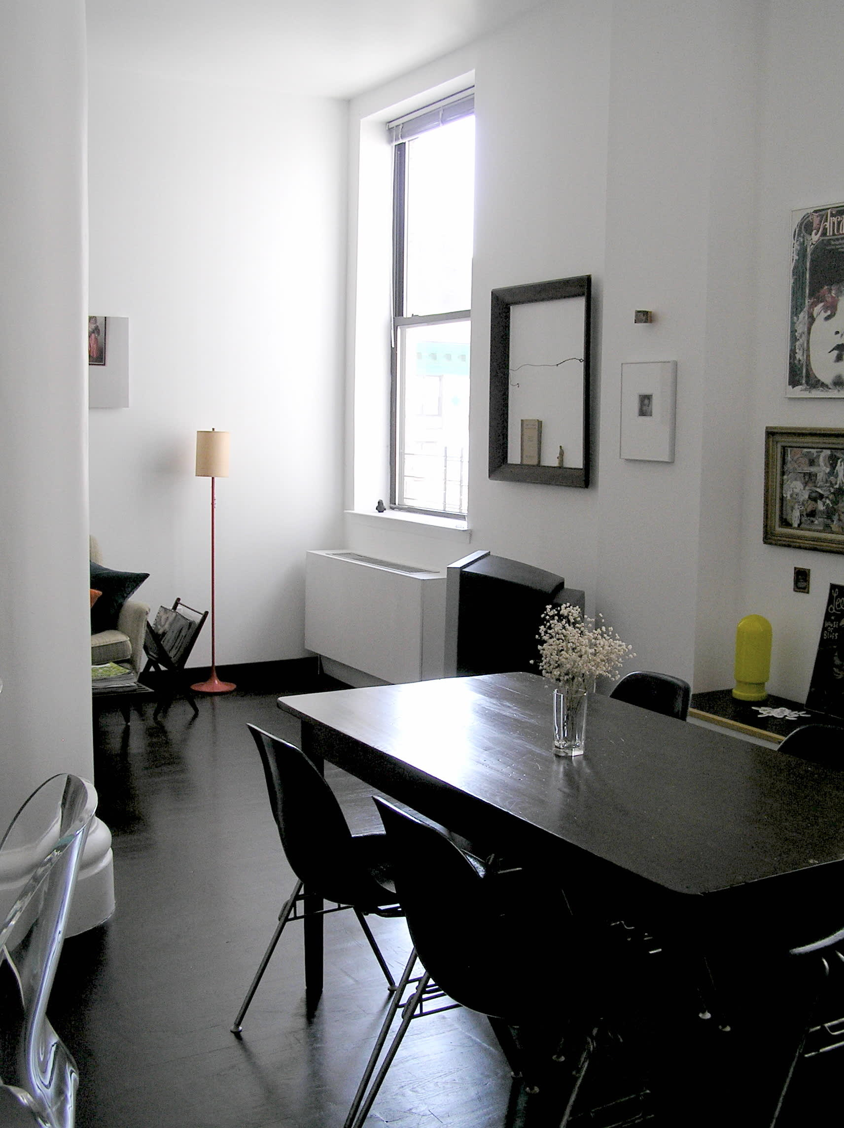 House Tour: Ofer's Clutter Free Home: gallery slide thumbnail 1