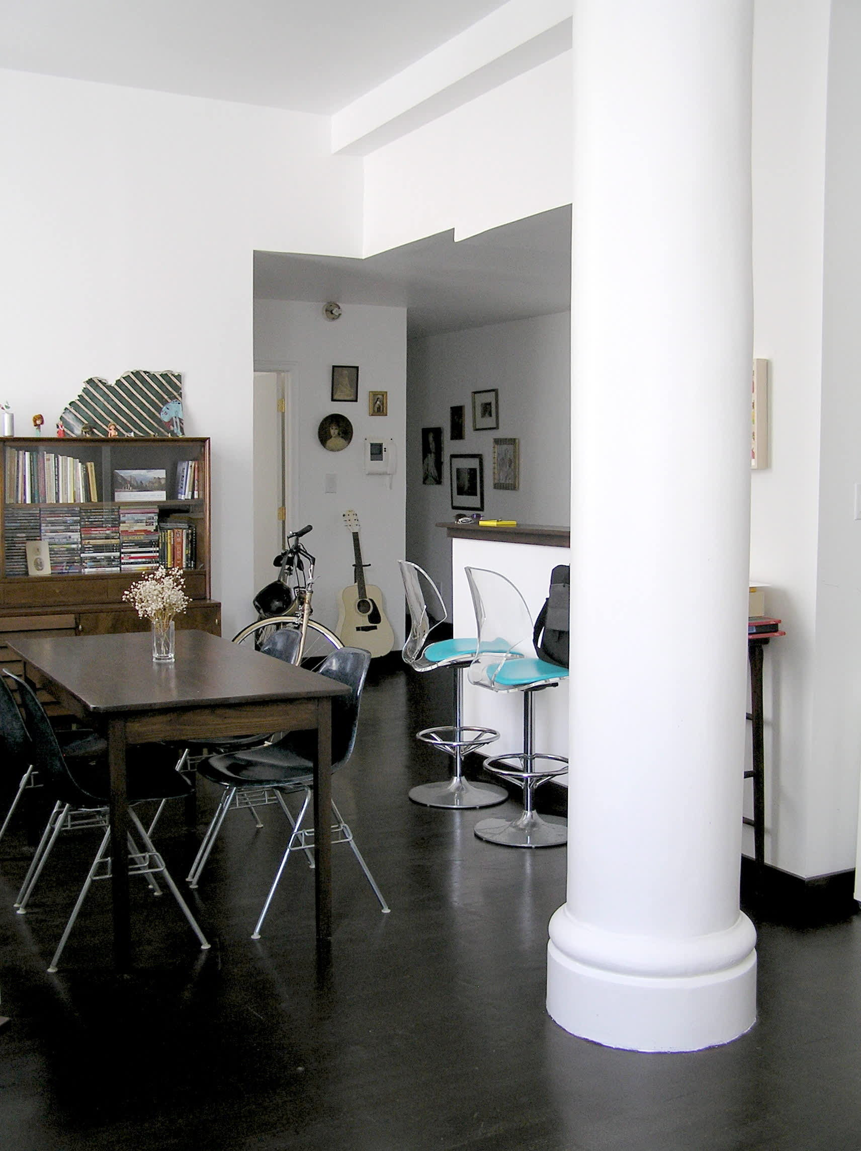House Tour: Ofer's Clutter Free Home: gallery slide thumbnail 5