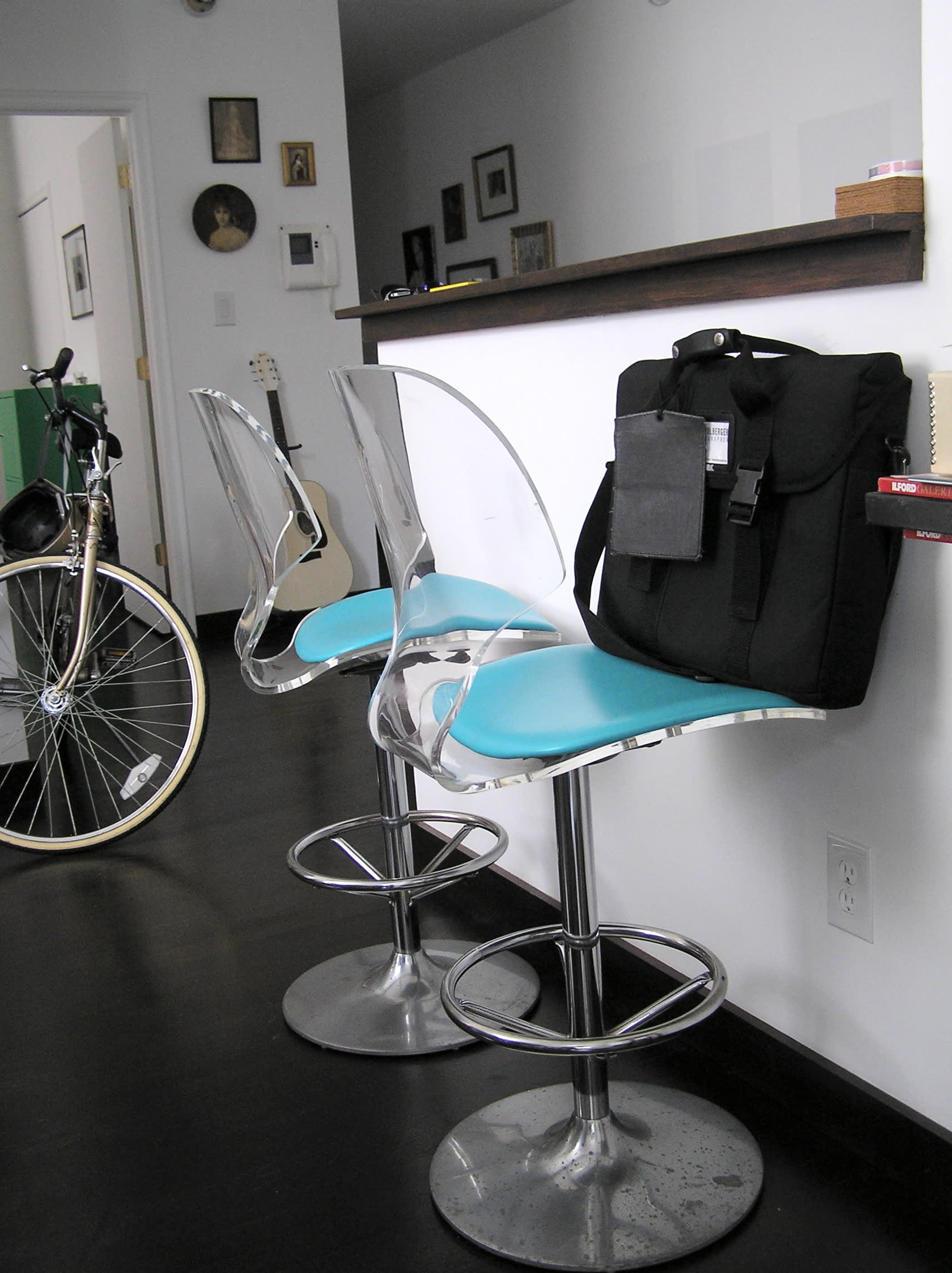 House Tour: Ofer's Clutter Free Home: gallery slide thumbnail 16