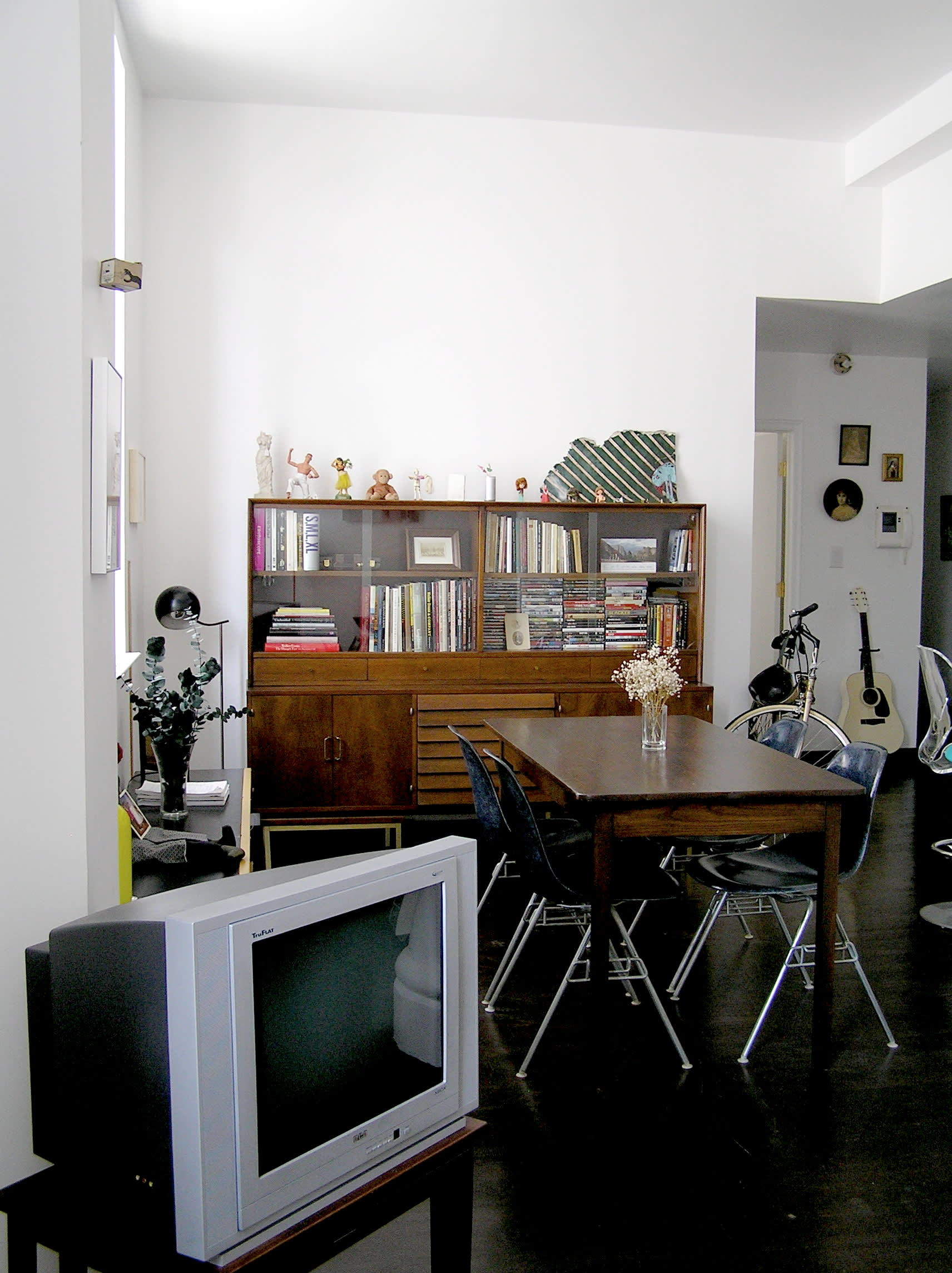 House Tour: Ofer's Clutter Free Home: gallery slide thumbnail 3