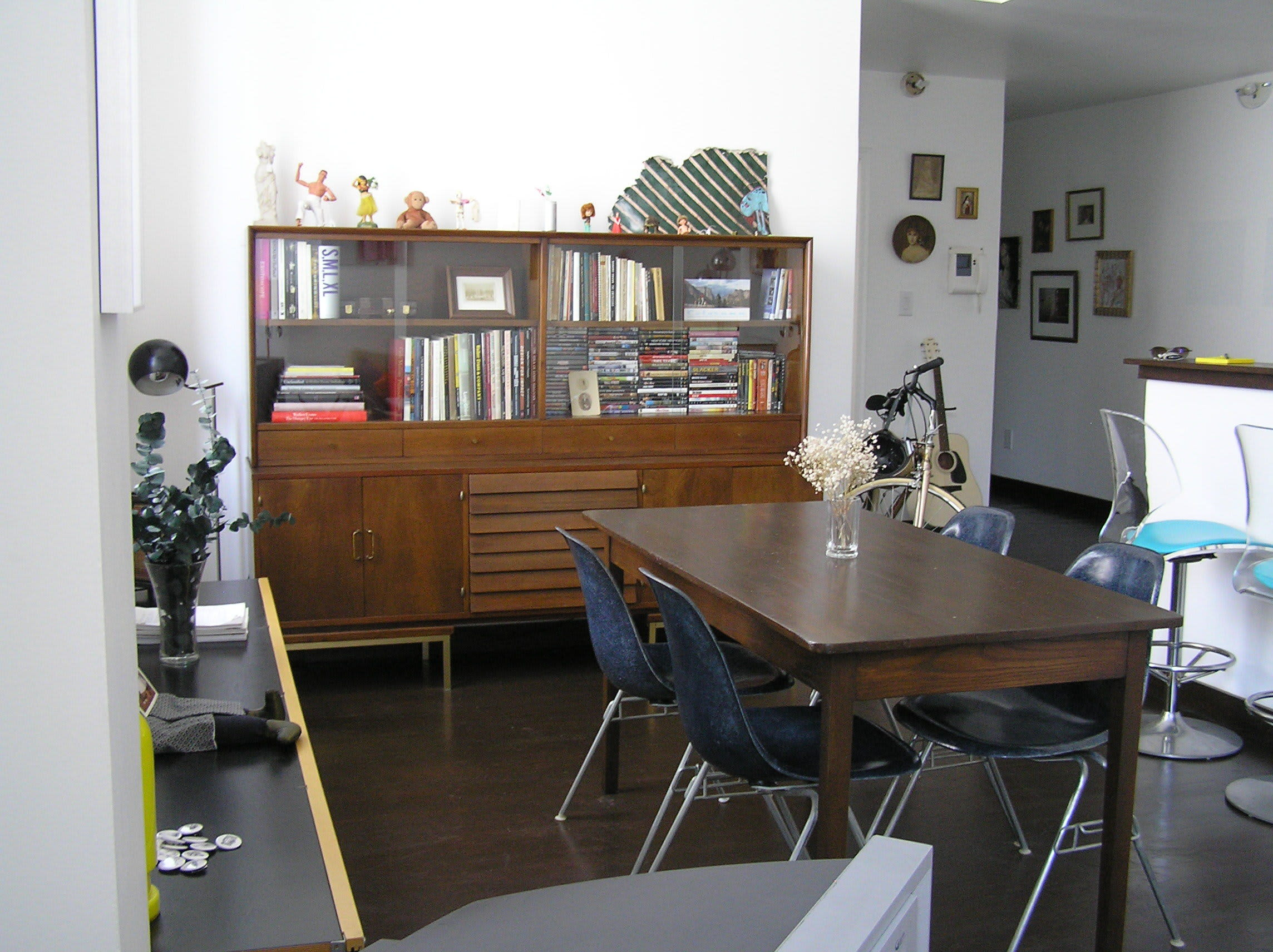 House Tour: Ofer's Clutter Free Home: gallery slide thumbnail 23