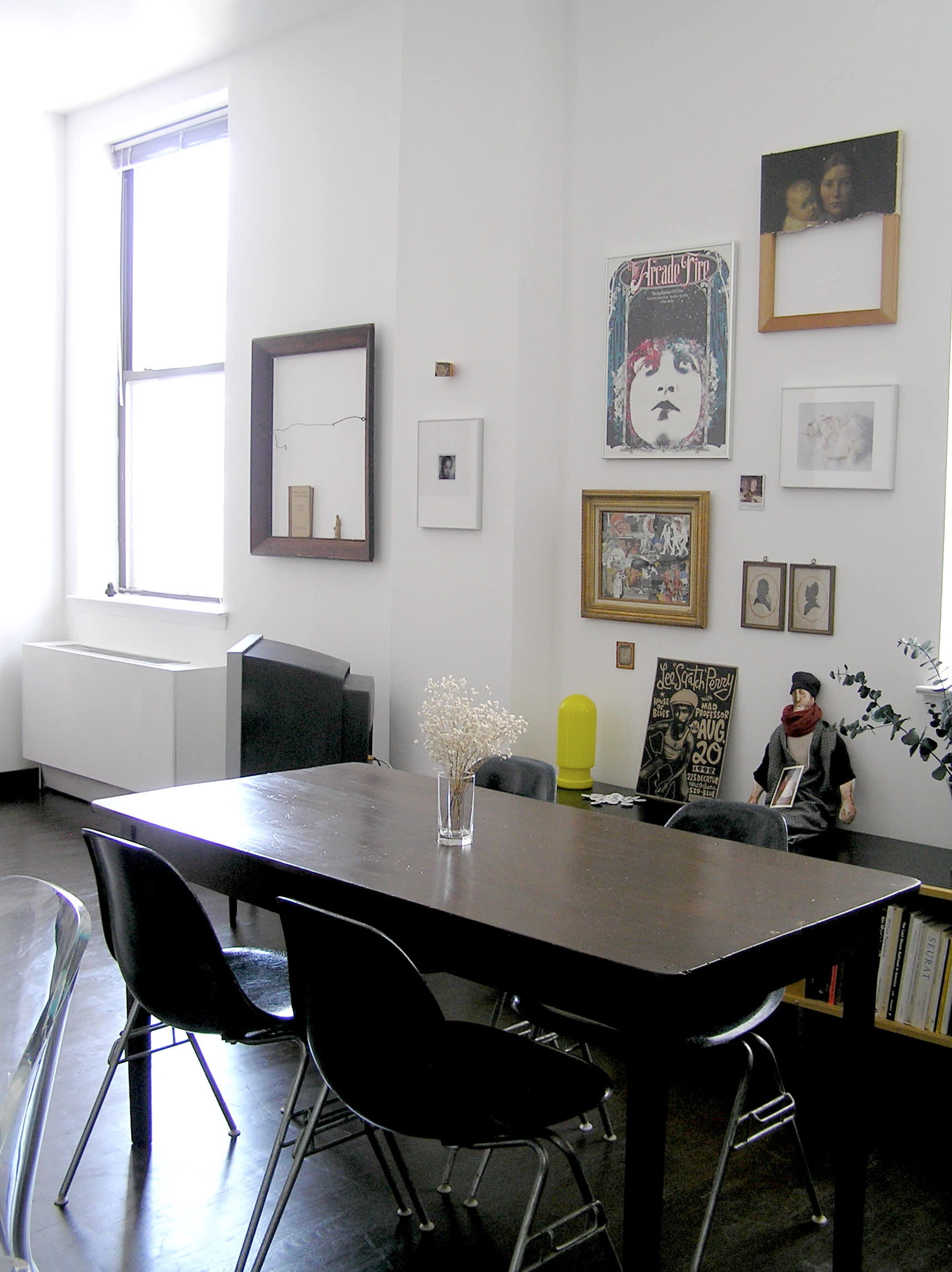 House Tour: Ofer's Clutter Free Home: gallery slide thumbnail 28