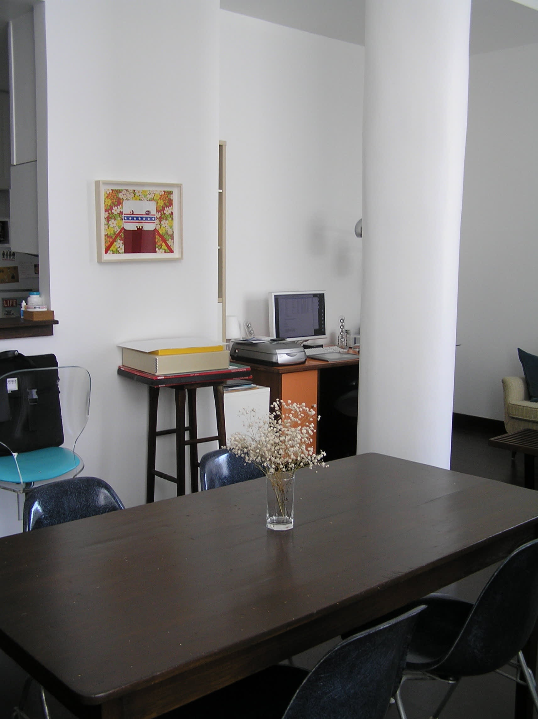 House Tour: Ofer's Clutter Free Home: gallery slide thumbnail 2