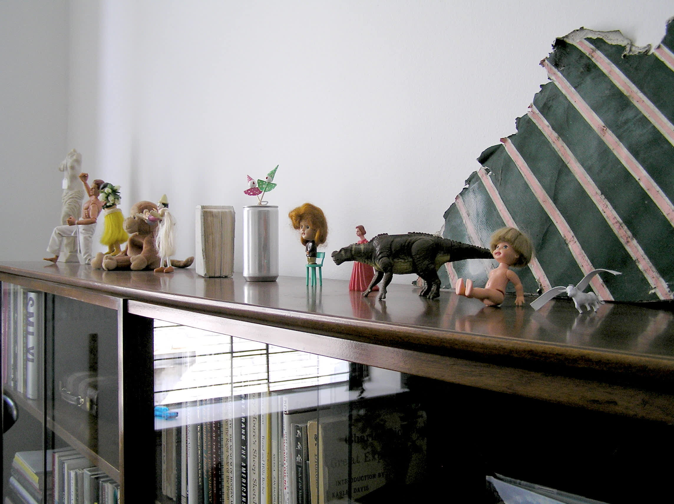 House Tour: Ofer's Clutter Free Home: gallery slide thumbnail 12