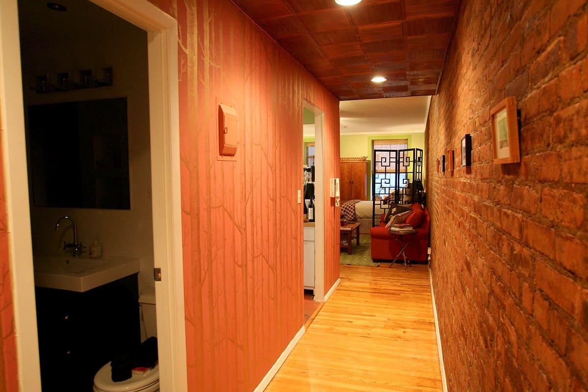Laura's Inviting Live / Work Studio: gallery slide thumbnail 6