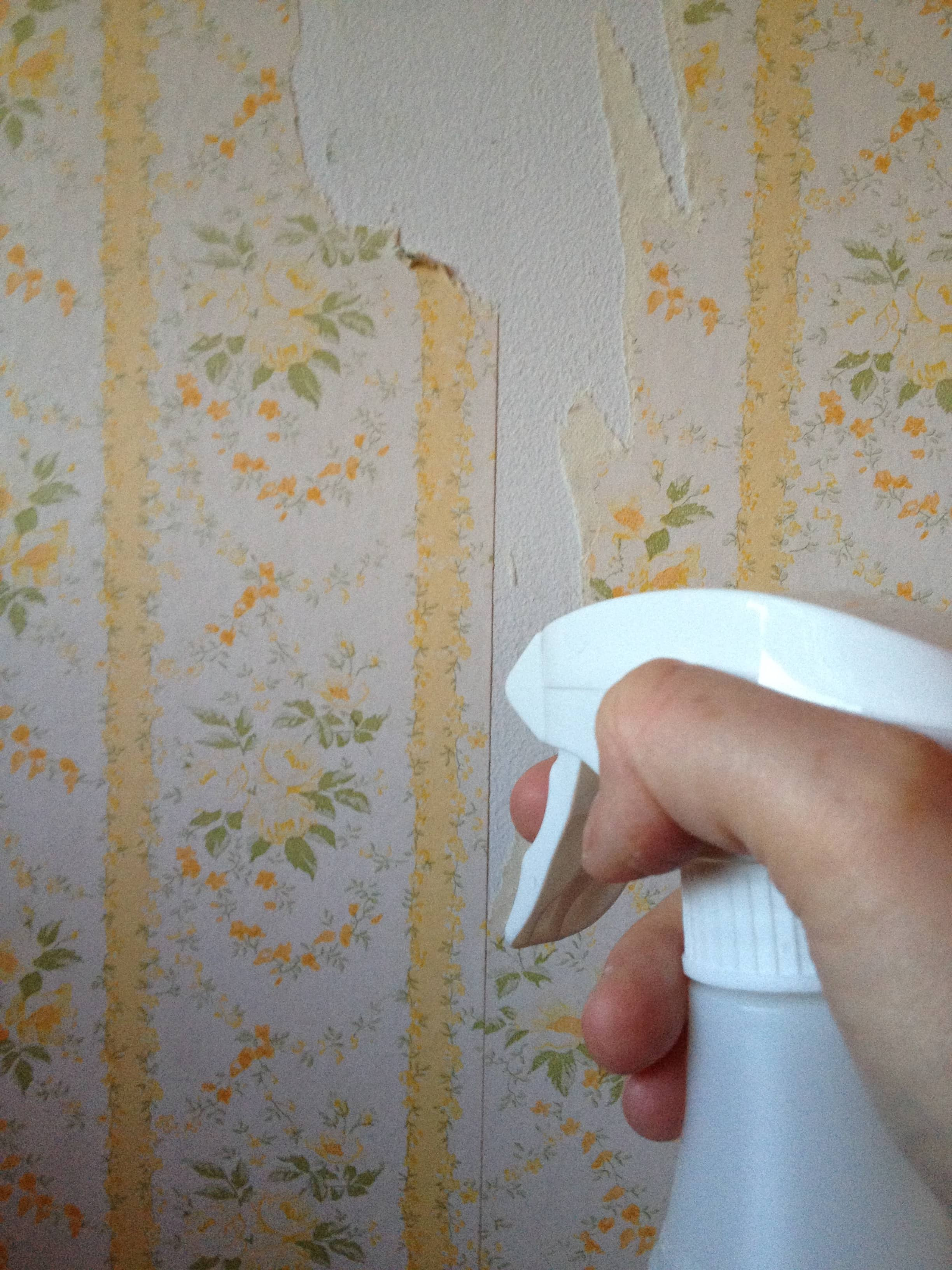 Easy & All Natural Wallpaper Removal Tip: Use Vinegar and Hot Water
