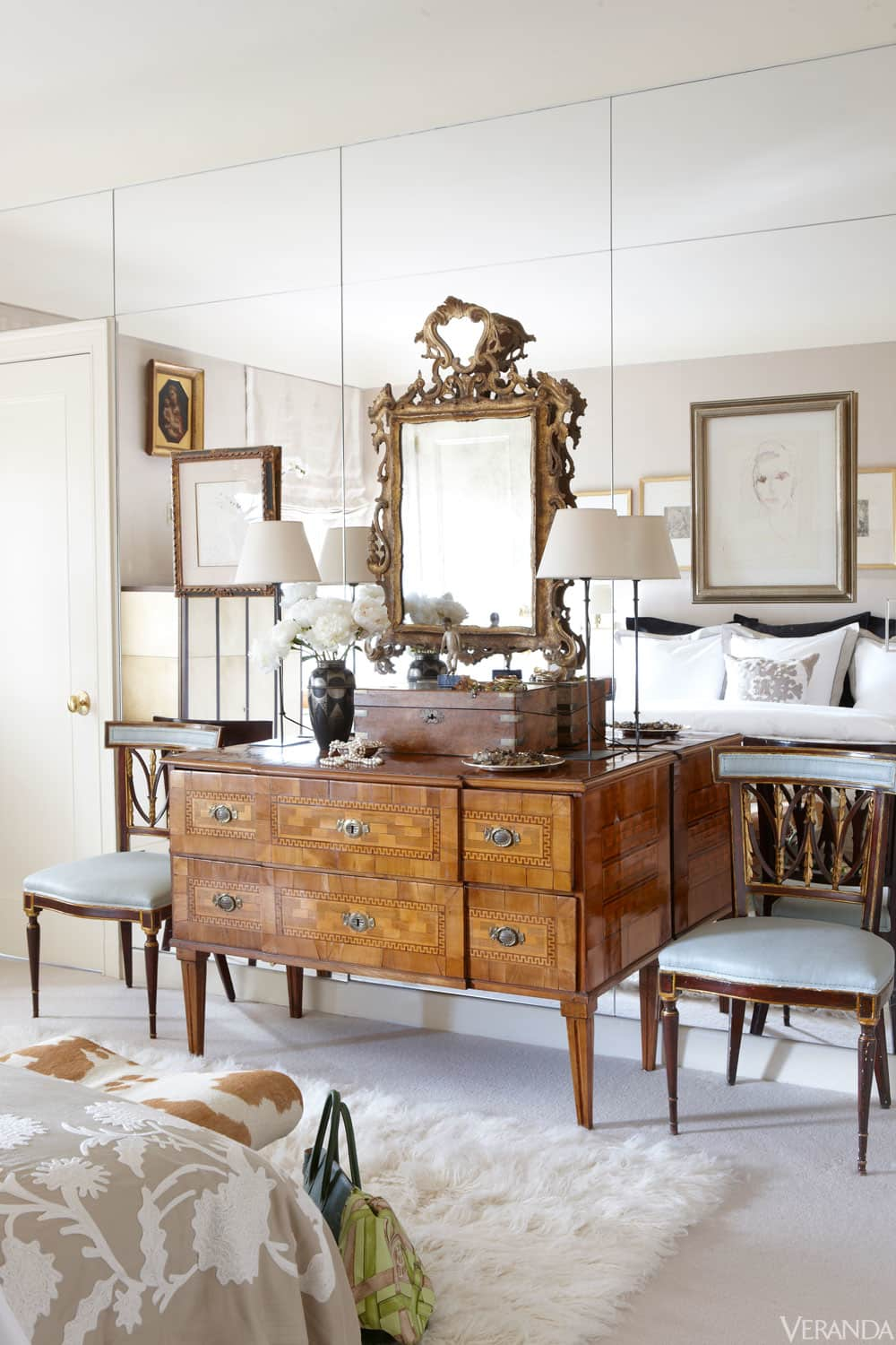 Plagued with dated mirrored walls 5 design ideas to make for Case antiche arredamento