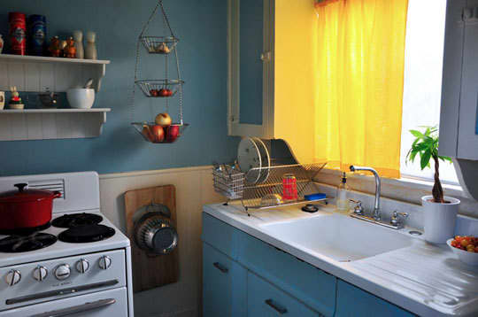 Bright & Lovely: 25 Kitchen Tours from 2009: gallery image 2