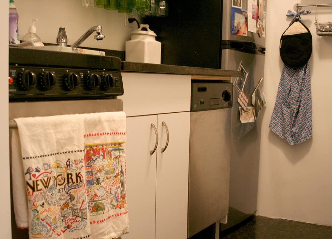 Kitchen Tour: Lauren's First Solo Kitchen: gallery image 3