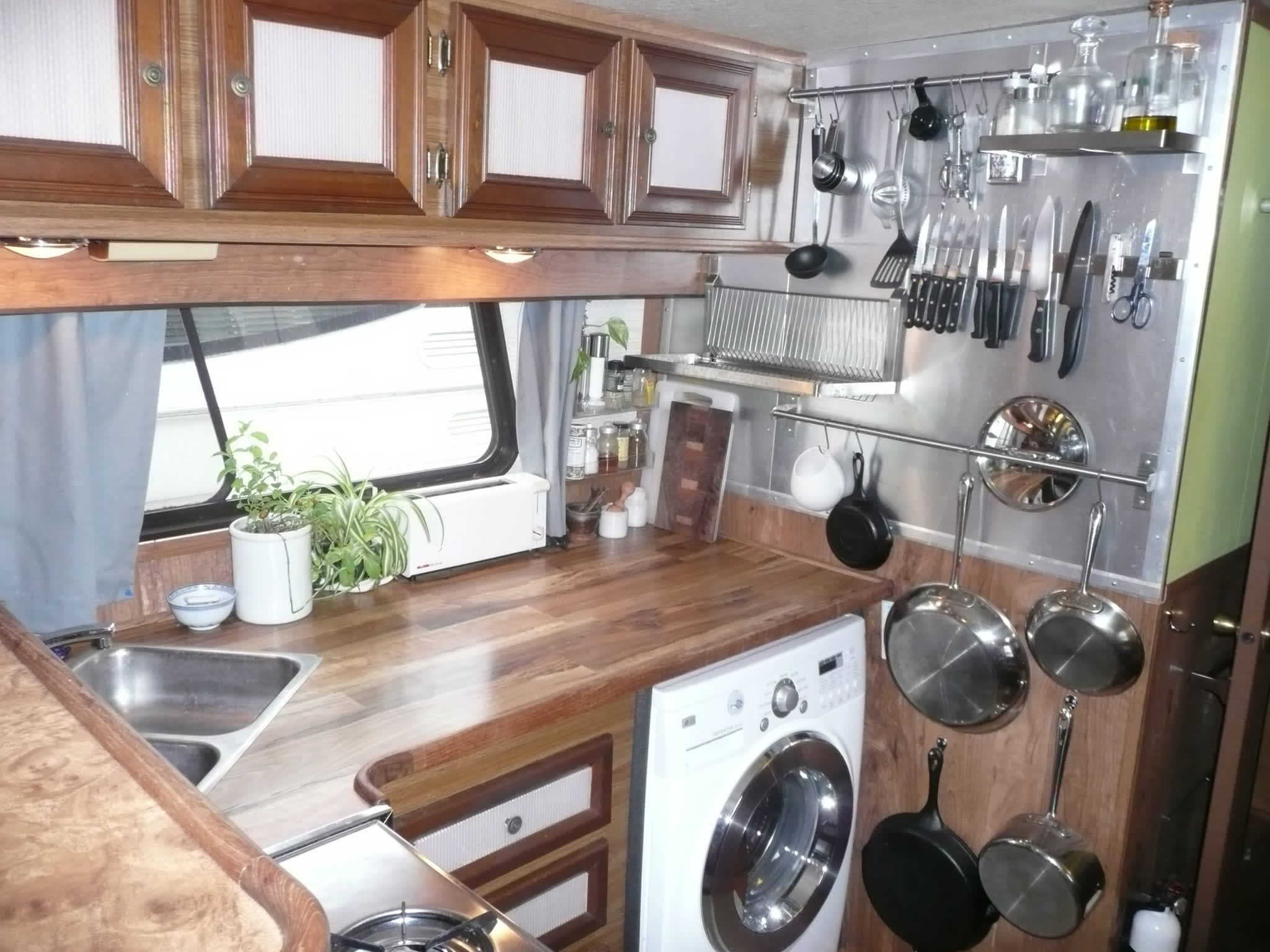 Travis and Jess' Potomac Houseboat Kitchen: gallery image 1