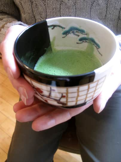 How to Whisk a Bowl of Matcha Green Tea: gallery image 15