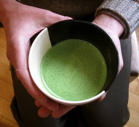 How to Whisk a Bowl of Matcha Green Tea: gallery image 1