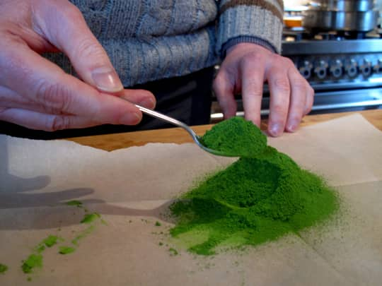 How to Whisk a Bowl of Matcha Green Tea: gallery image 9