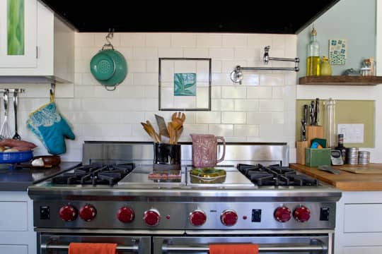 Annette & Gustavo's Homey & Delightful California Craftsman Kitchen: gallery image 7