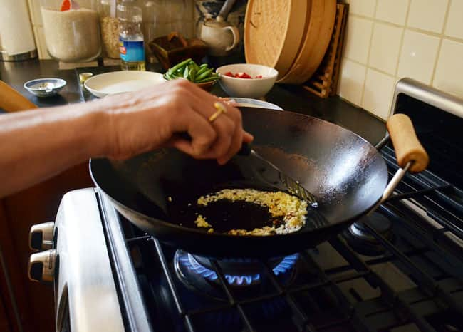 How To Stir-Fry Chicken and Cashews: gallery image 12