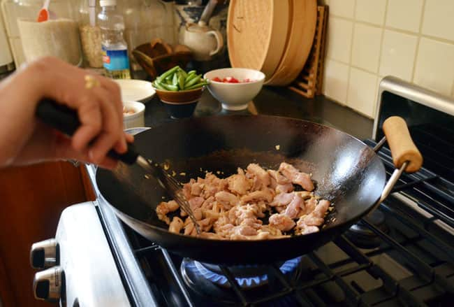 How To Stir-Fry Chicken and Cashews: gallery image 16