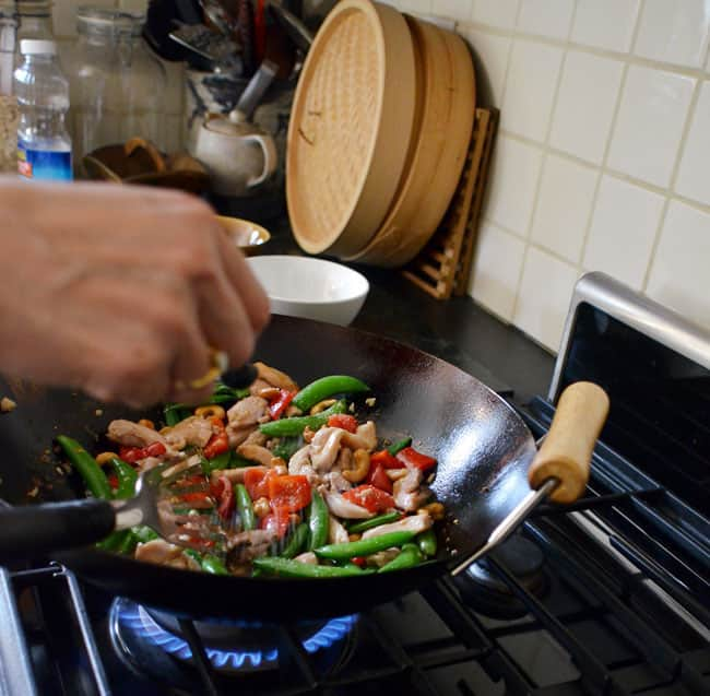 How To Stir-Fry Chicken and Cashews: gallery image 18