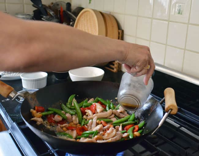 How To Stir-Fry Chicken and Cashews: gallery image 19