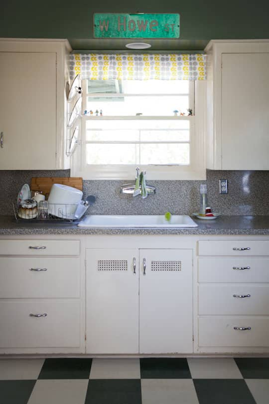 Garden Writer Willi Galloway's Resourceful, Reclaimed Rental Kitchen: gallery image 1
