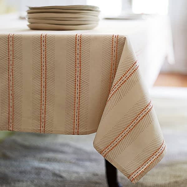 5 Tablecloths For Holiday Entertaining: gallery image 1