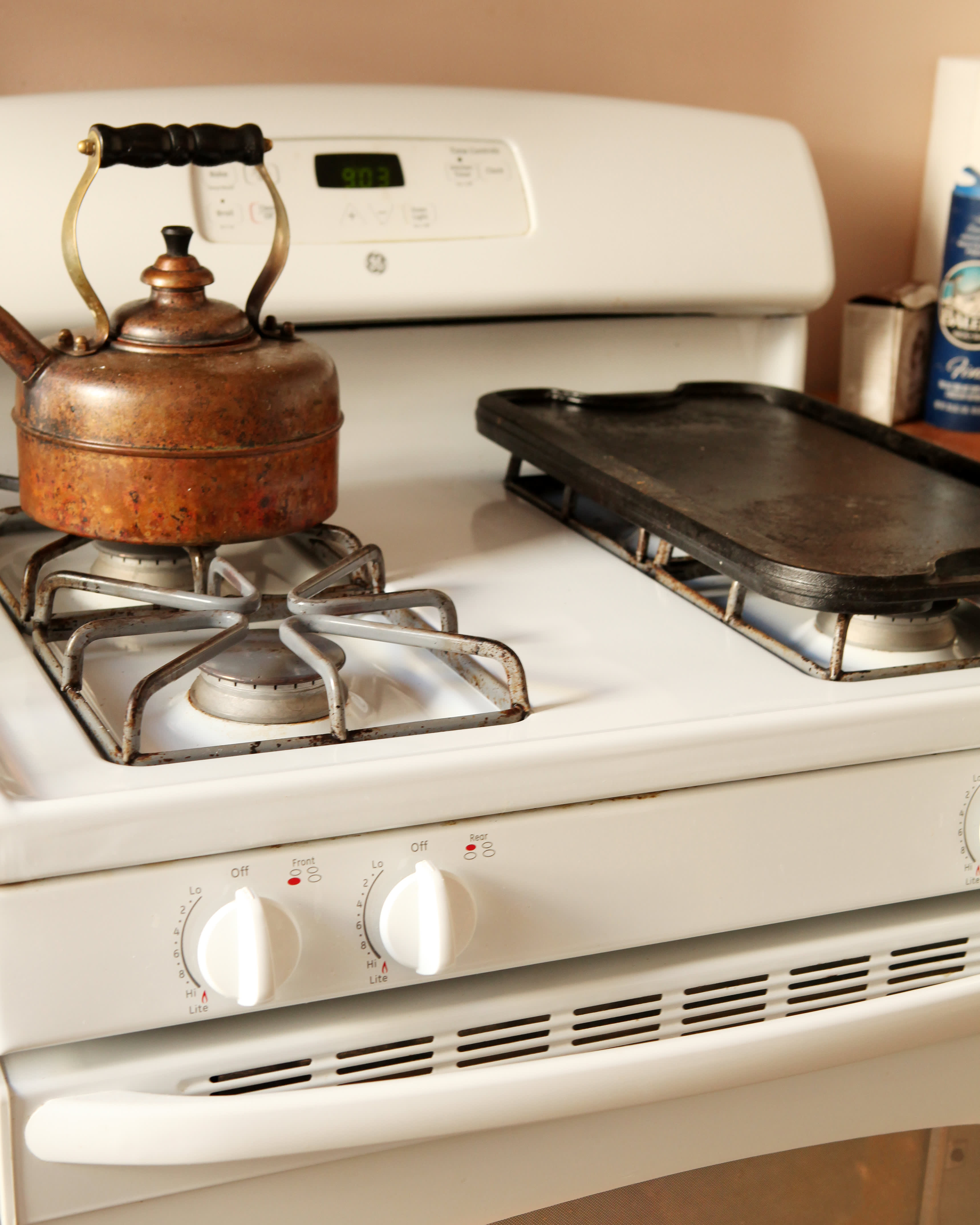 How To Clean an Oven with Baking Soda & Vinegar: gallery image 4