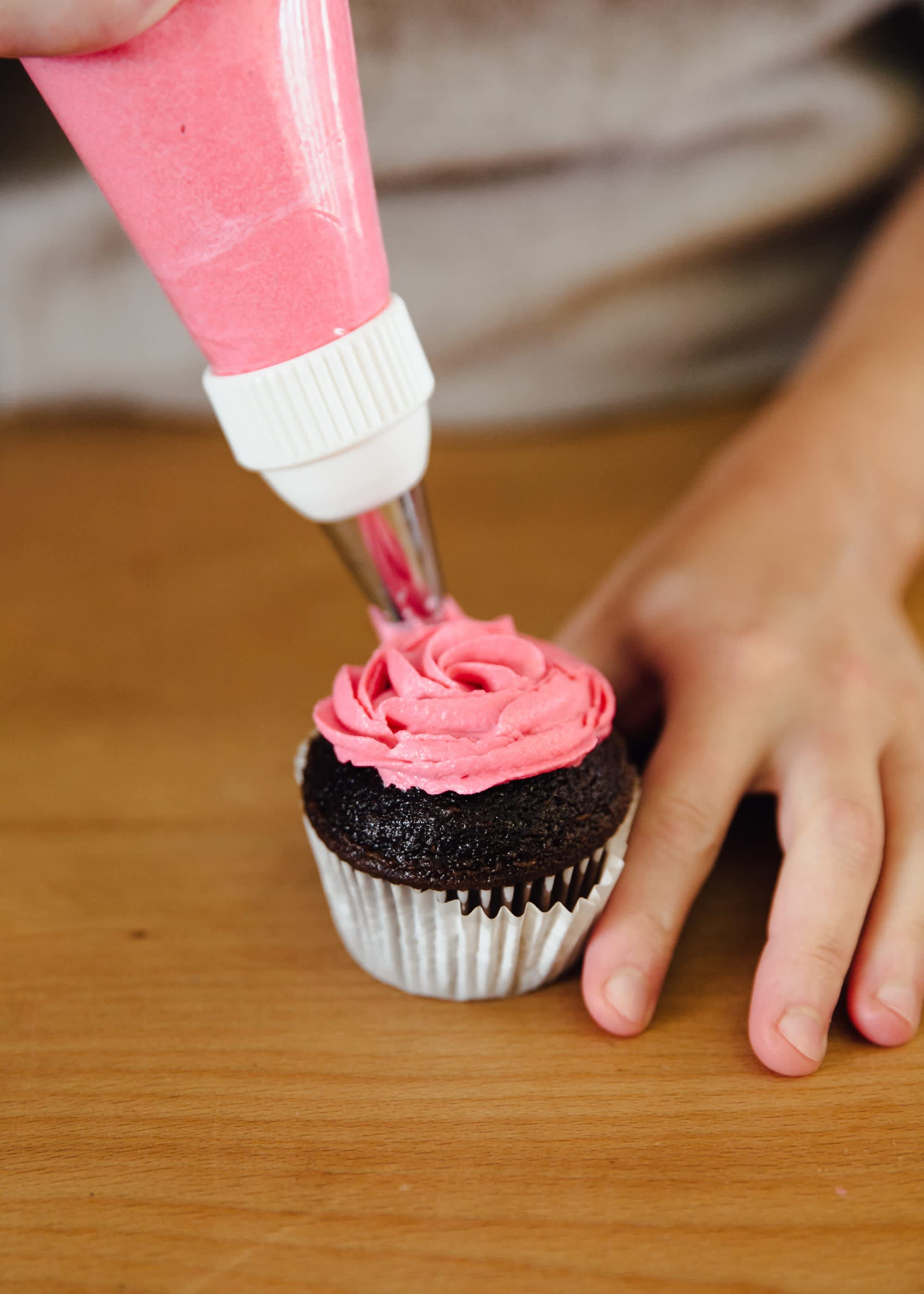 How To Frost a Cupcake: 5 Easy Ways: gallery image 6