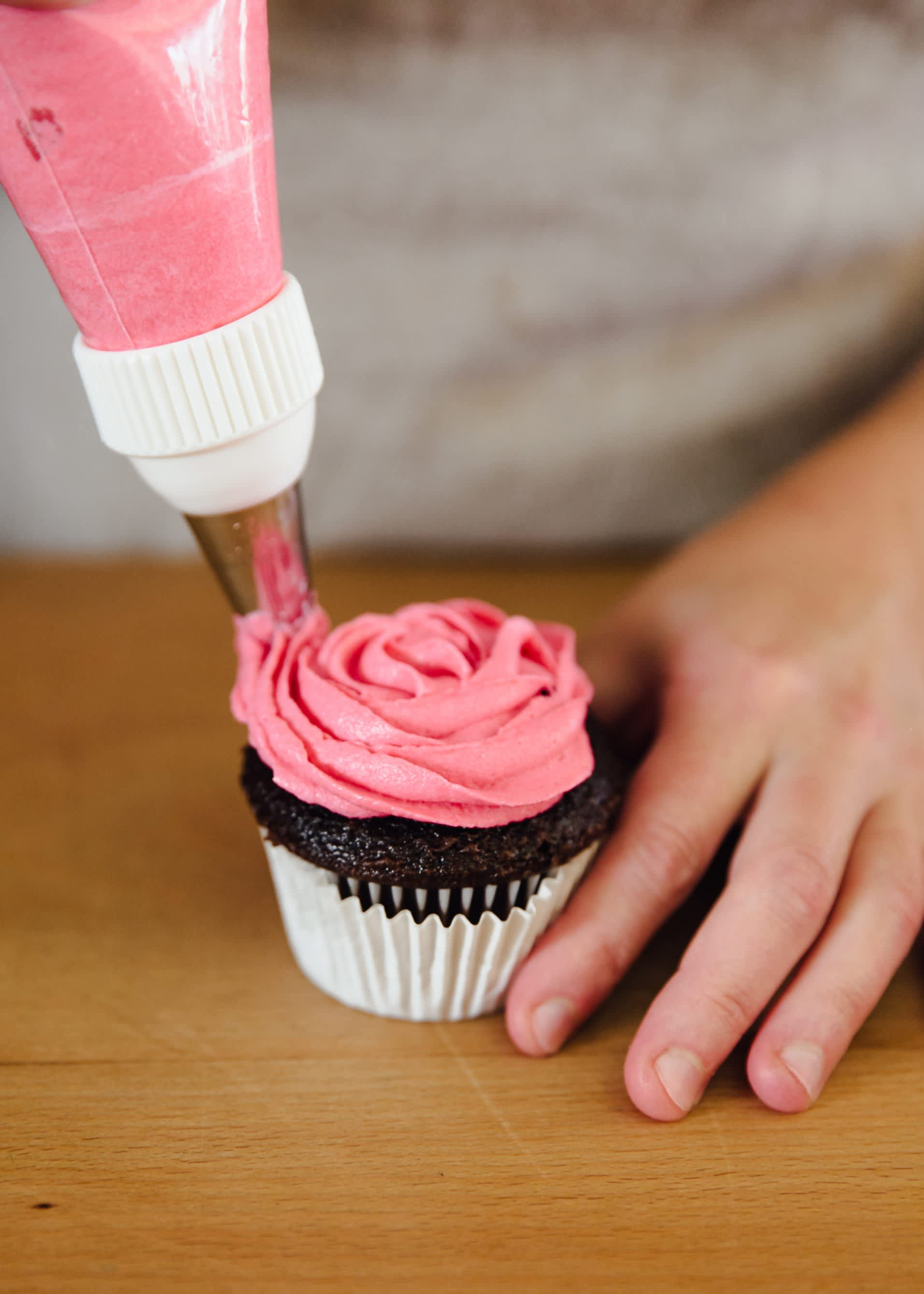 How To Frost a Cupcake: 5 Easy Ways: gallery image 7