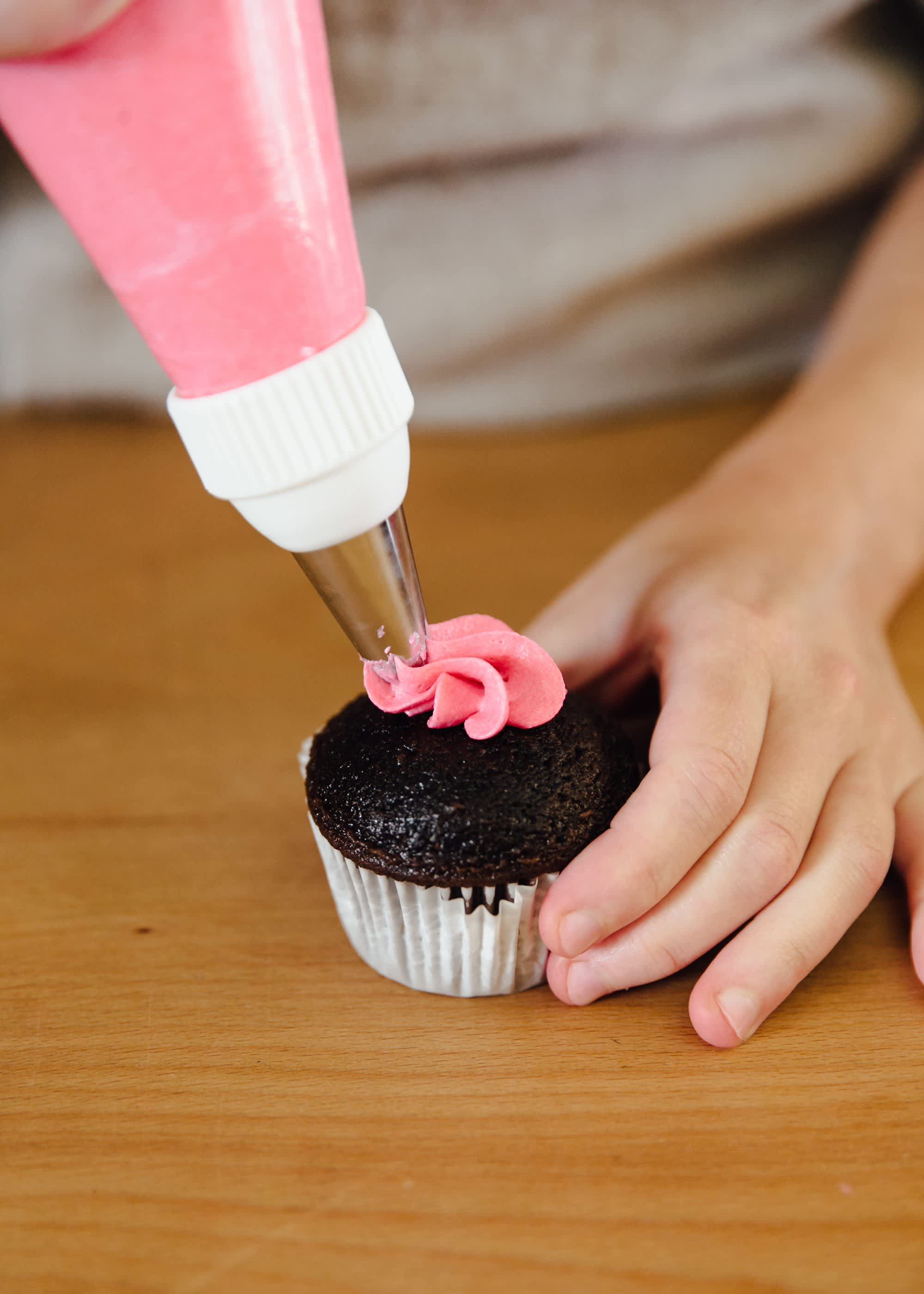 How To Frost a Cupcake: 5 Easy Ways: gallery image 4