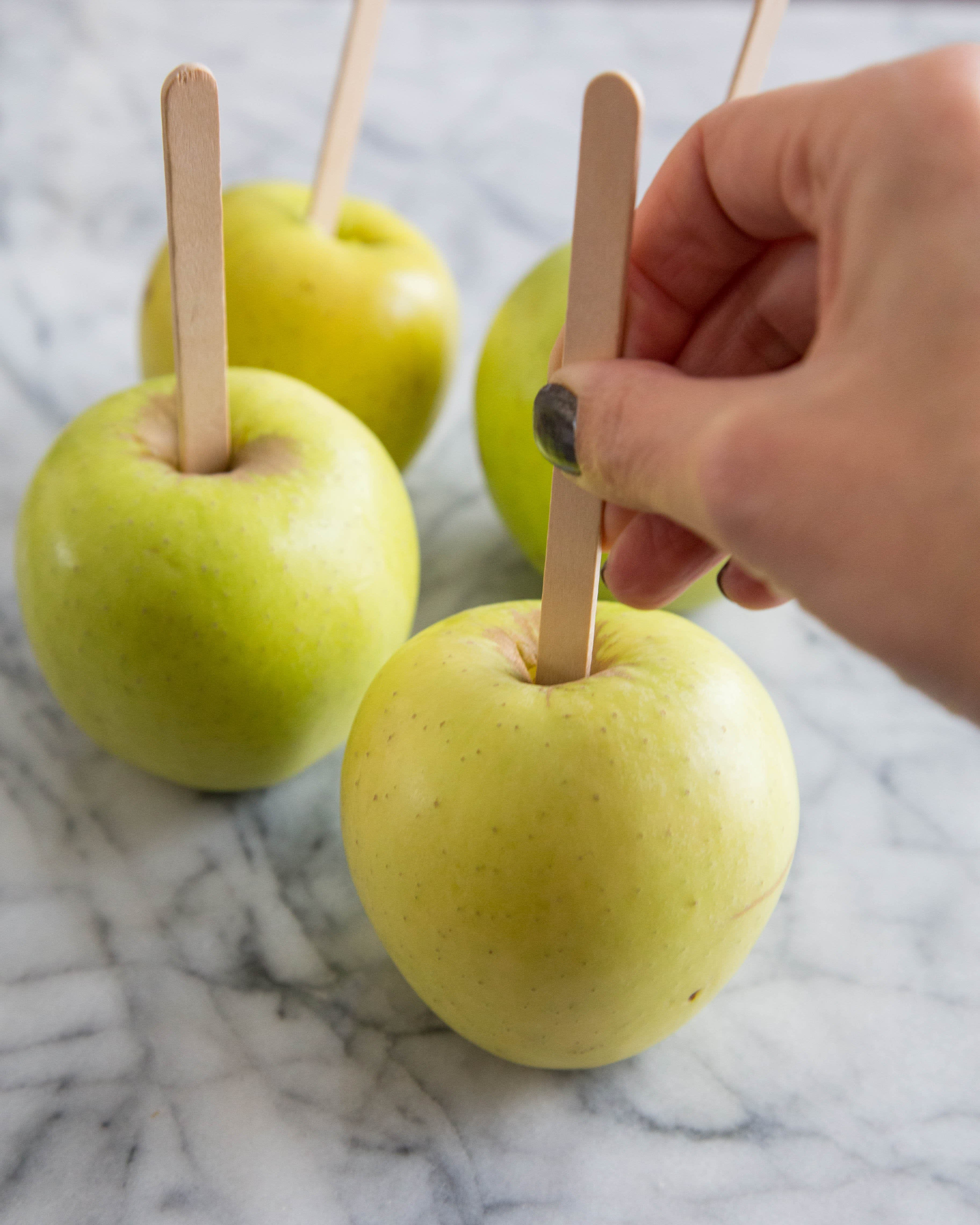How To Make Caramel Apples: gallery image 6