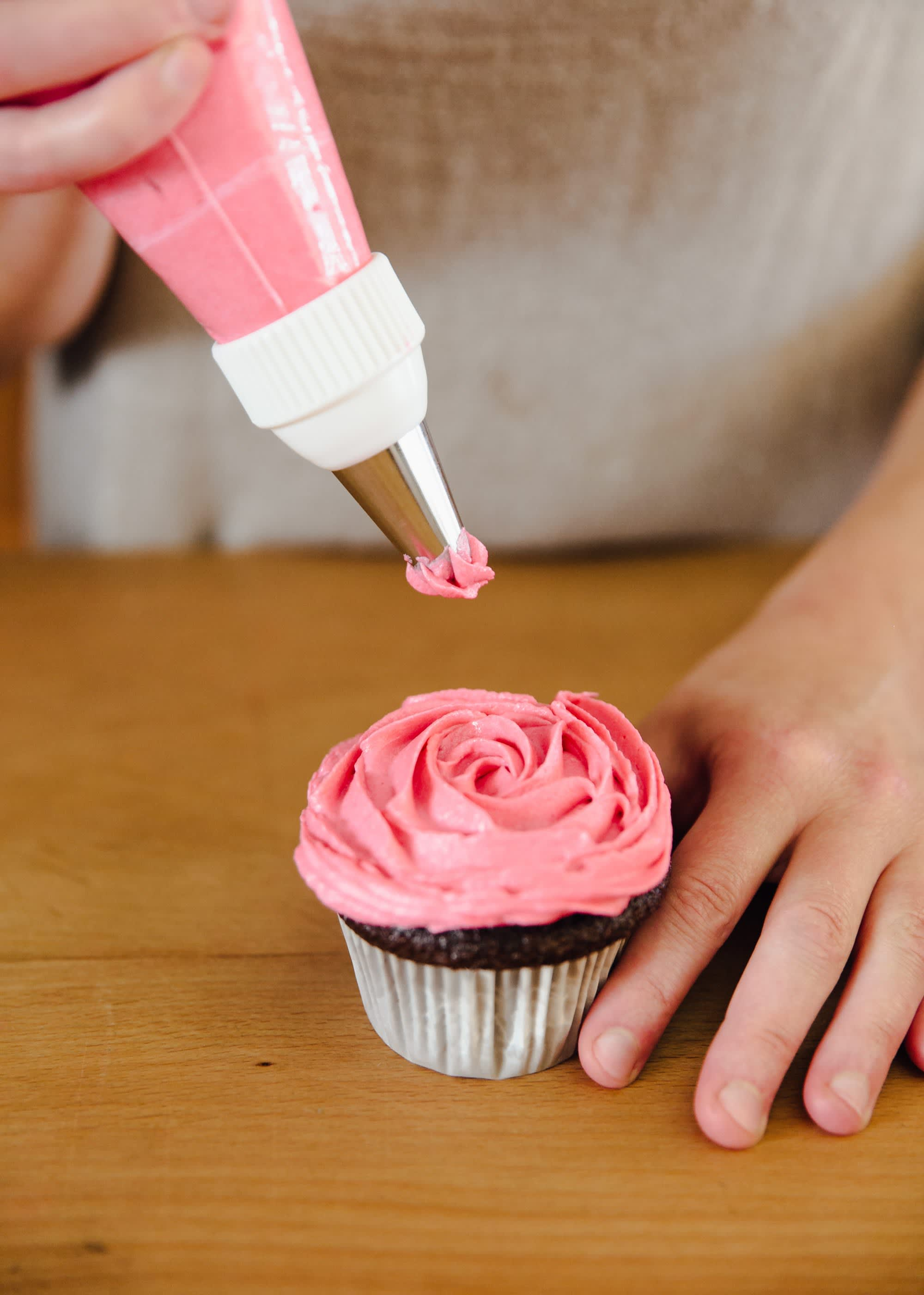 How To Frost a Cupcake: 5 Easy Ways: gallery image 8